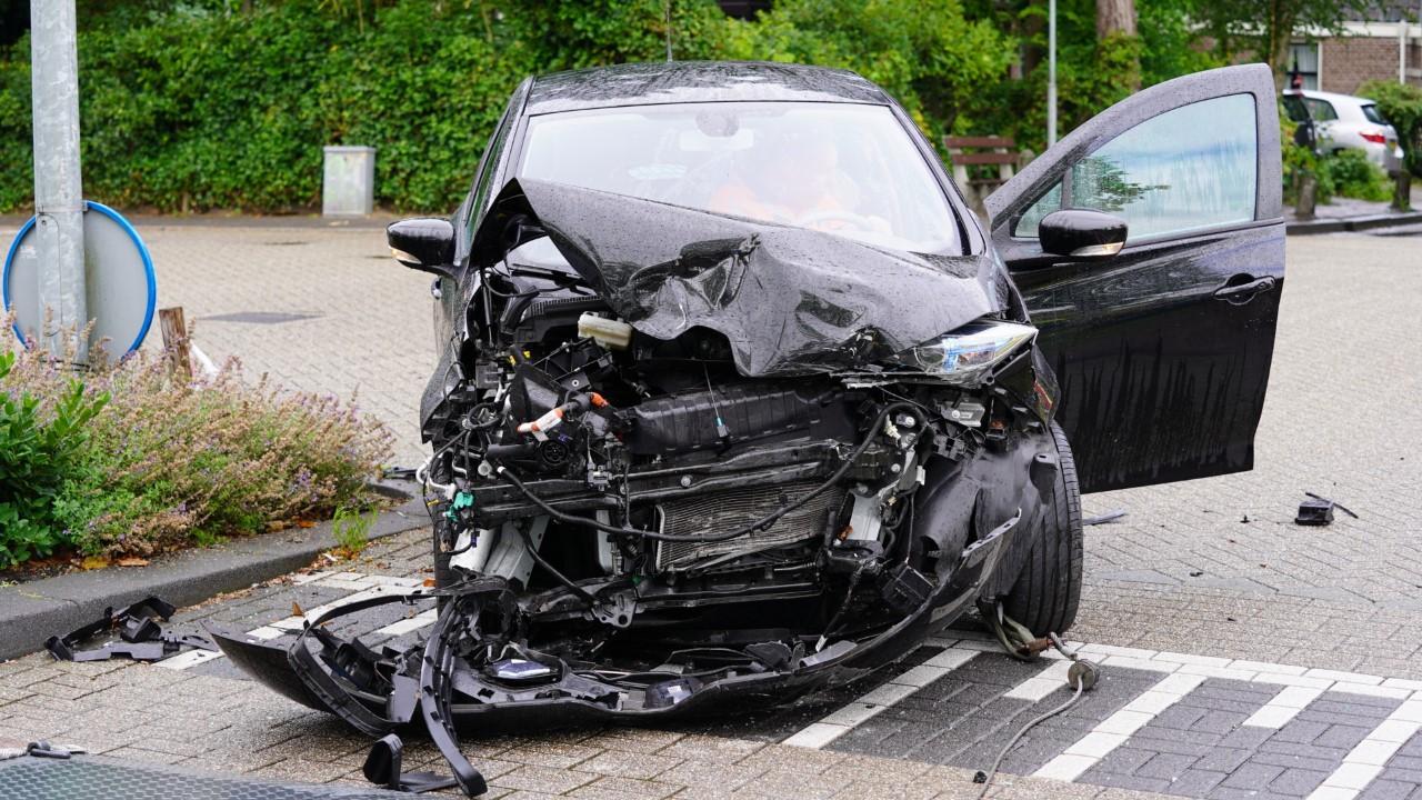Flinke schade bij botsing twee auto's in Oudorp