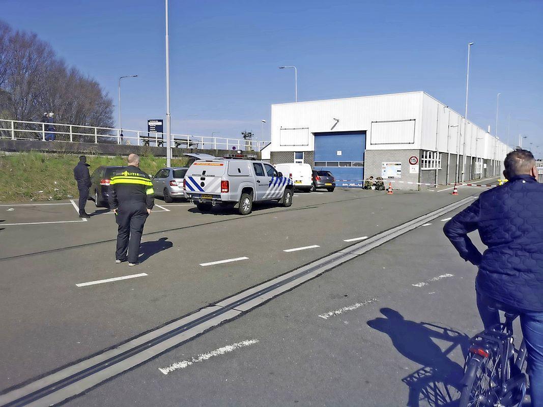 Het is weer eens raak. Britse of Amerikaanse oorlogsbommen op de kade van de visafslag in Den Helder. Explosieven Opruimingsdienst ontfermt zich over 'gevaarlijk oud ijzer' [video]