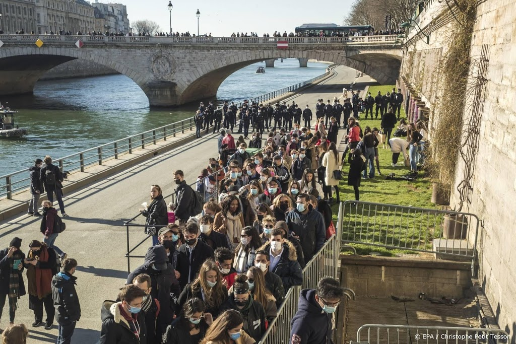 Parijse politie ontruimt kades langs zonnige Seine