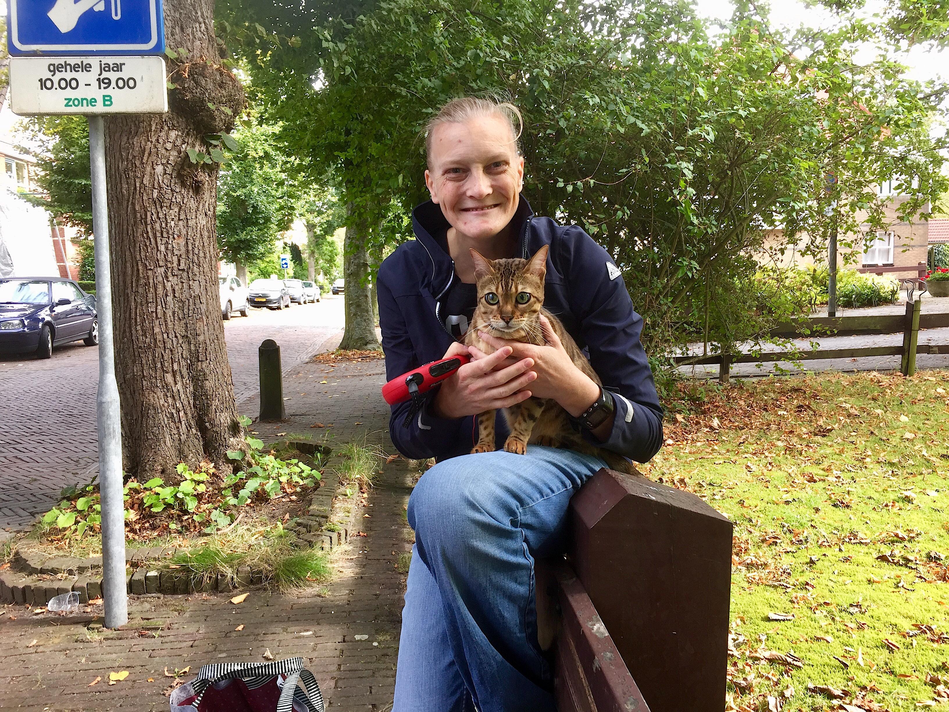 Onderweg: Annemiek de Ruiter (39) maakt dagelijks rondjes door Bergen met haar Bengaalse kat Ayla