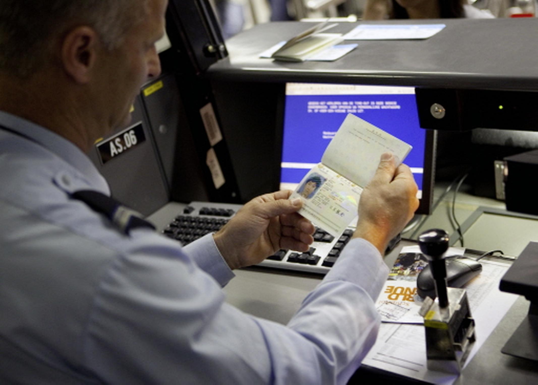 Elf personen met valse paspoorten onderschept op Schiphol, mogelijk sprake van mensensmokkel