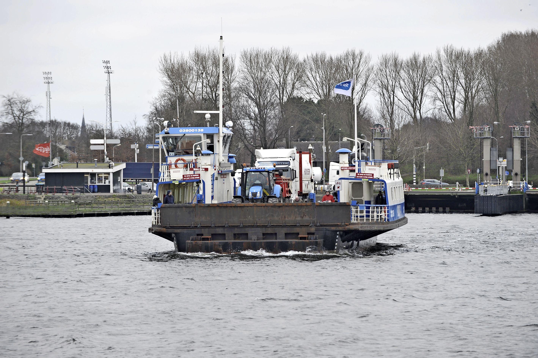 Velserpont kapot, schip twee weken uit de vaart. Ook reservepont ligt voor langdurig onderhoud aan de kade
