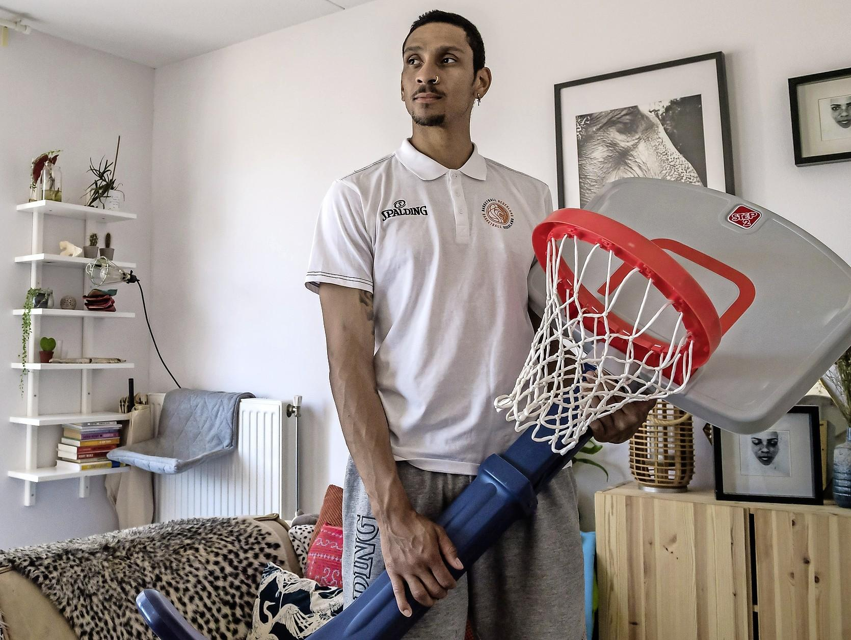 Sterspeler Worthy de Jong ergerde zich in Leiden, maar heeft na een korte pauze het plezier in basketbal hervonden: 'Ik ga door tot ik uit elkaar val' [video]