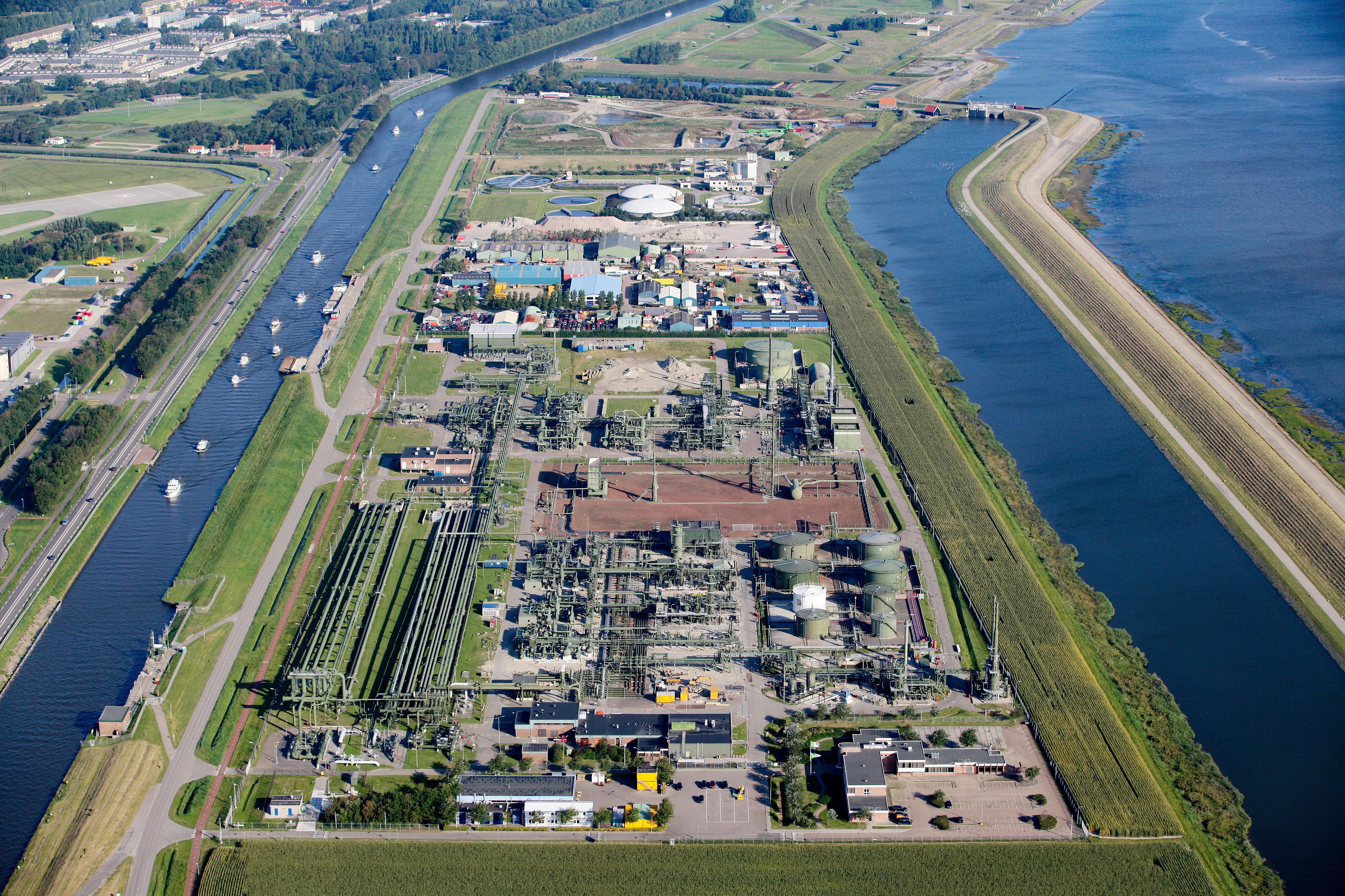 Met de aanleg van een zonnepark op Oostoever, komt de productie van groene waterstof een stap dichterbij. Het park gaat komend jaar stroom produceren