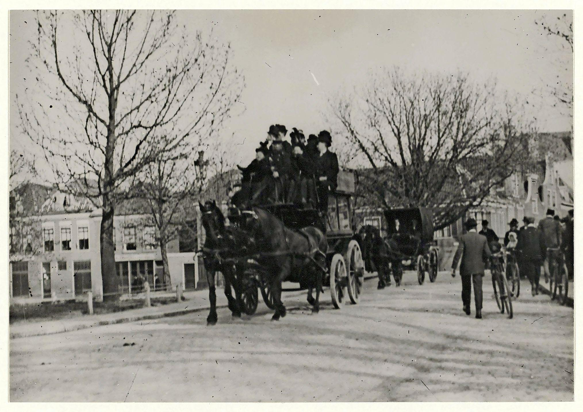 Het goedkoopste kaartje voor de omnibus kostte omgerekend meer dan 7 euro. Bovendien duurde een rit tussen station Haarlem en Bad-Zandvoort meer dan een uur | Uit de Tijd