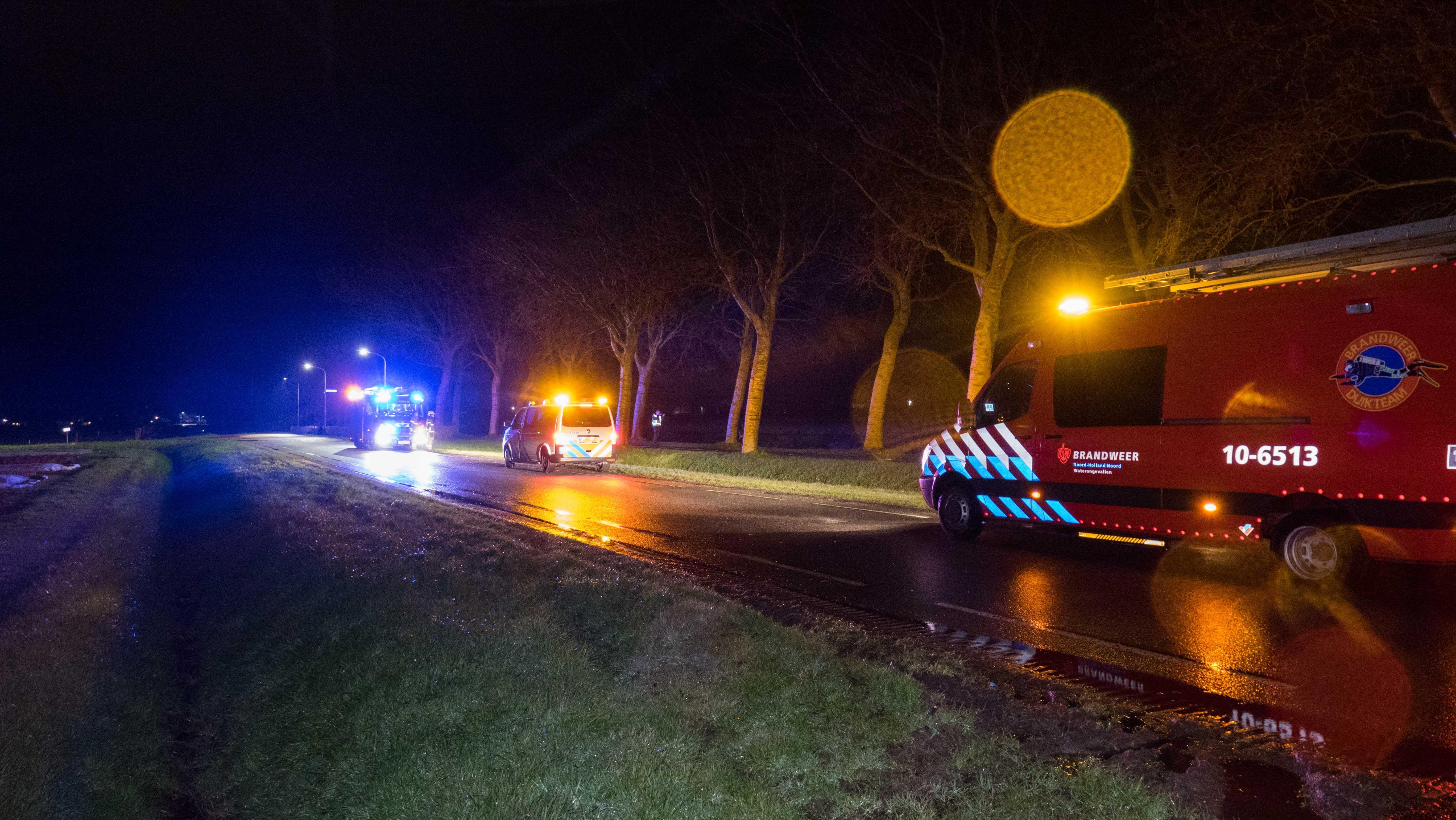 Scooterrijder botst tegen boom in Andijk; brandweer doorzoekt sloot