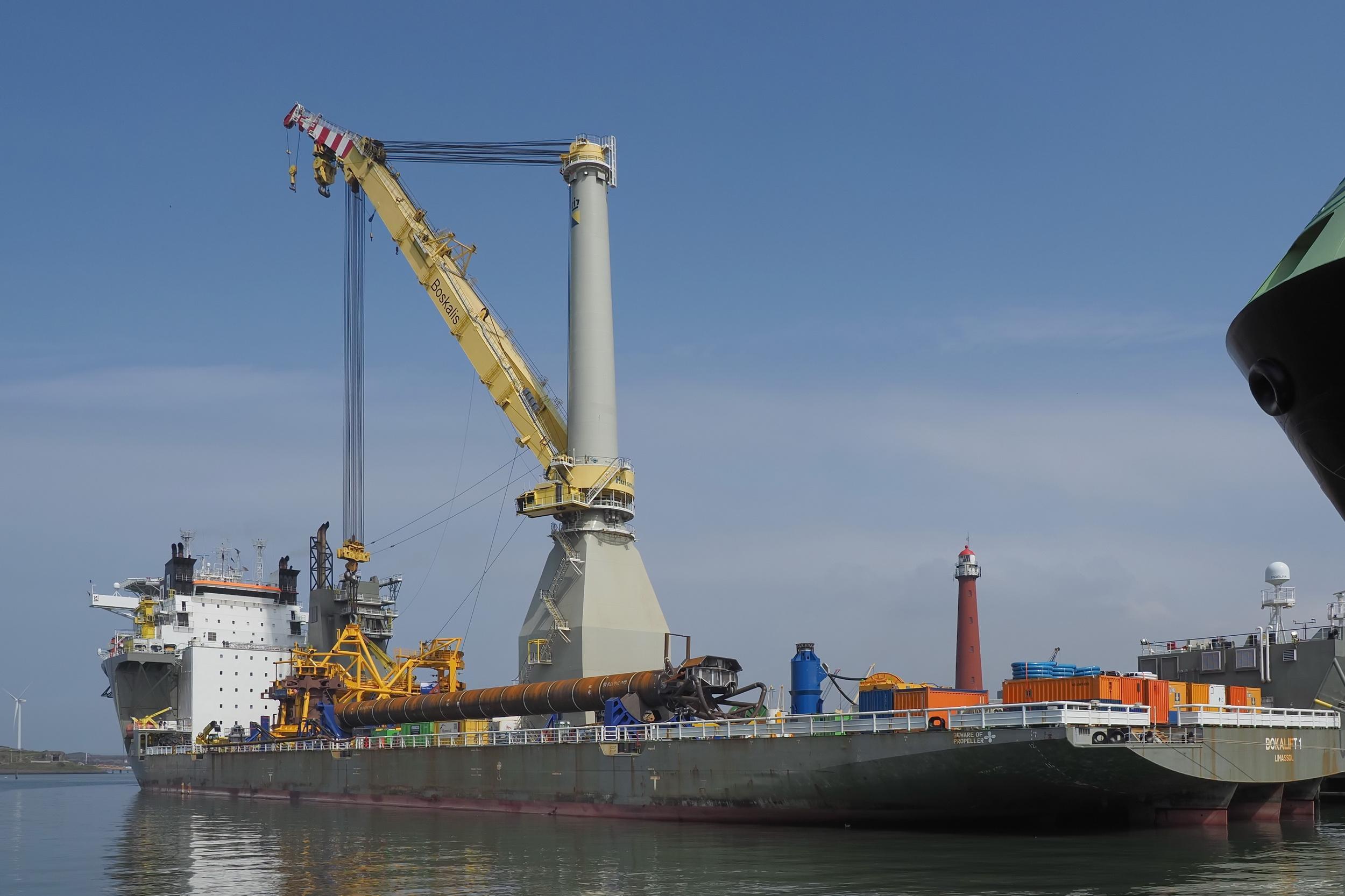 Imposant 'hijsje' van 900 ton in de haven van IJmuiden