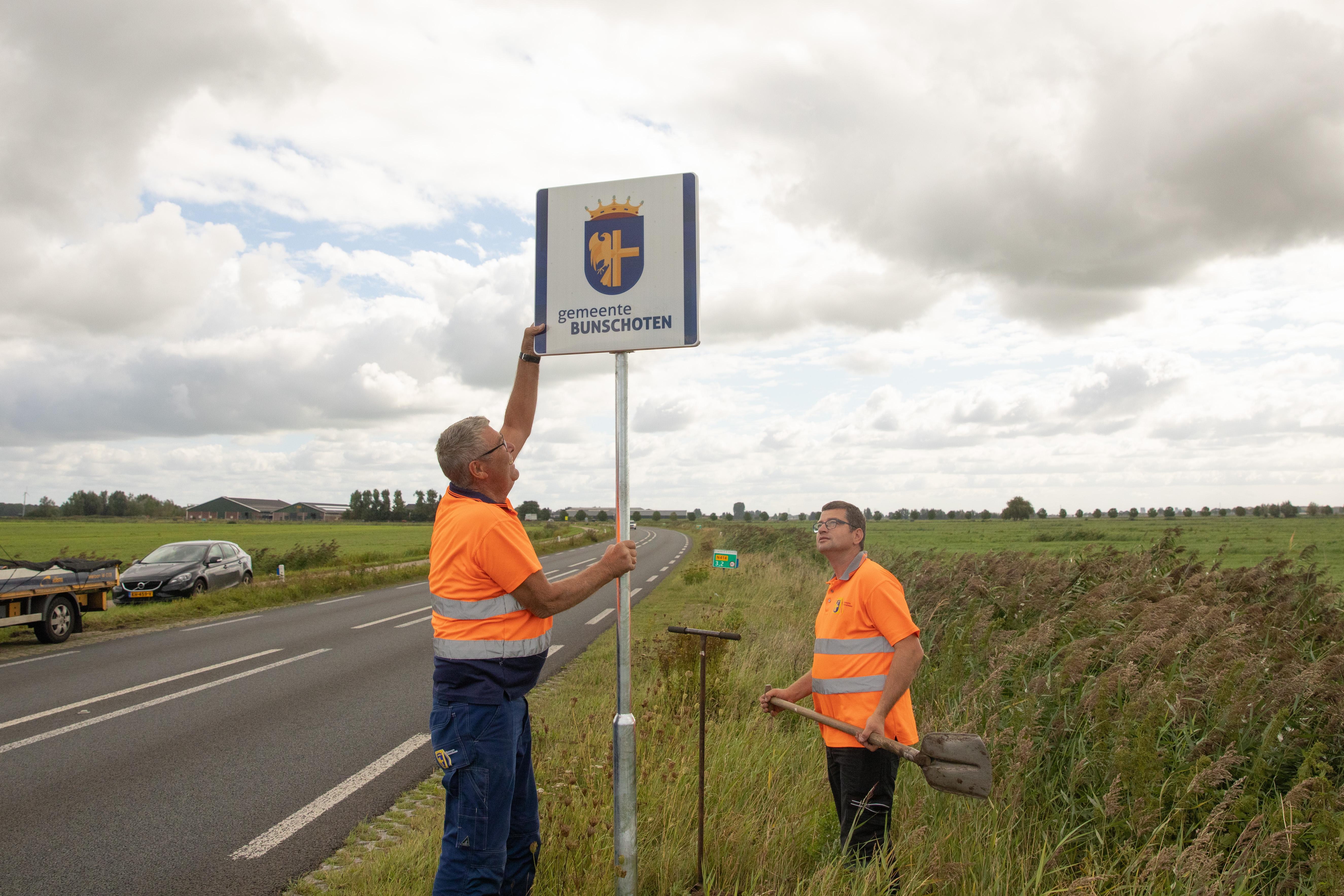Bunschoten geeft zijn grenzen aan; Nieuwerwetse grenspalen langs alle toegangswegen geplaatst