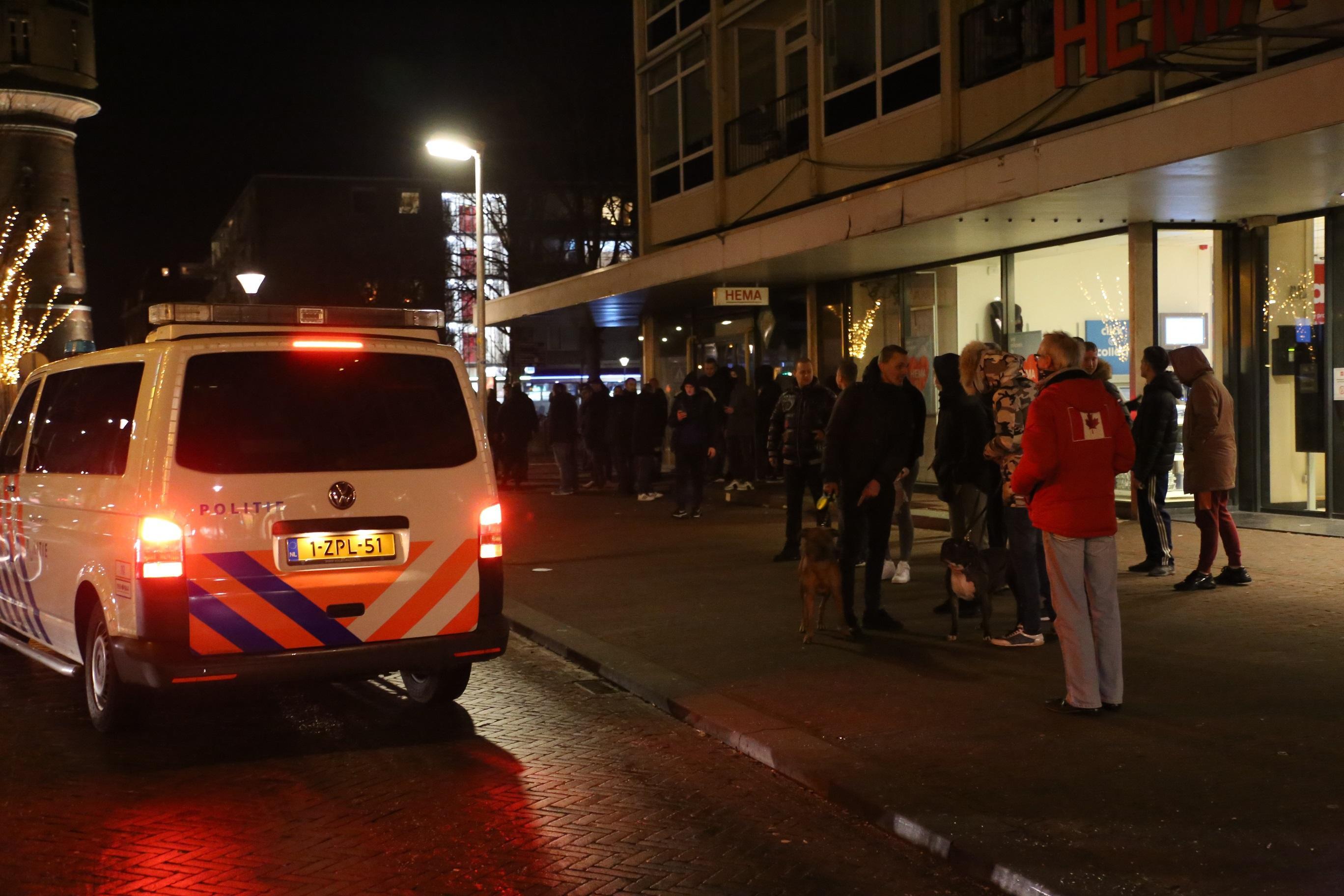 Politie Den Helder maant tegen avondklok protesterende burgers naar huis te gaan; negen bekeuringen uitgedeeld