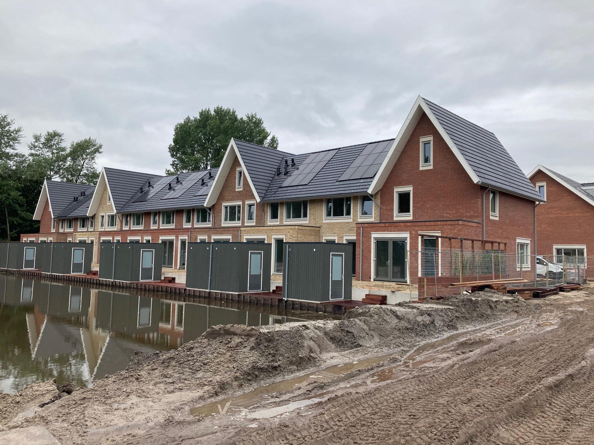 Laatste woningen nieuwbouwwijk Slottuin Heemstede voor de start van de bouwvak opgeleverd; ondanks corona toch doorgebouwd [video]