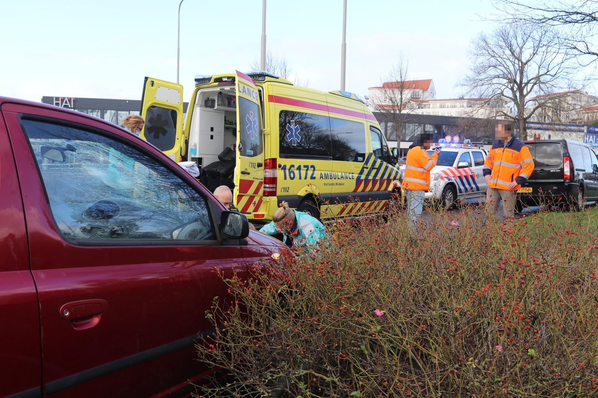 Fietsster maakt harde klap op voorruit van auto in Rijnsburg