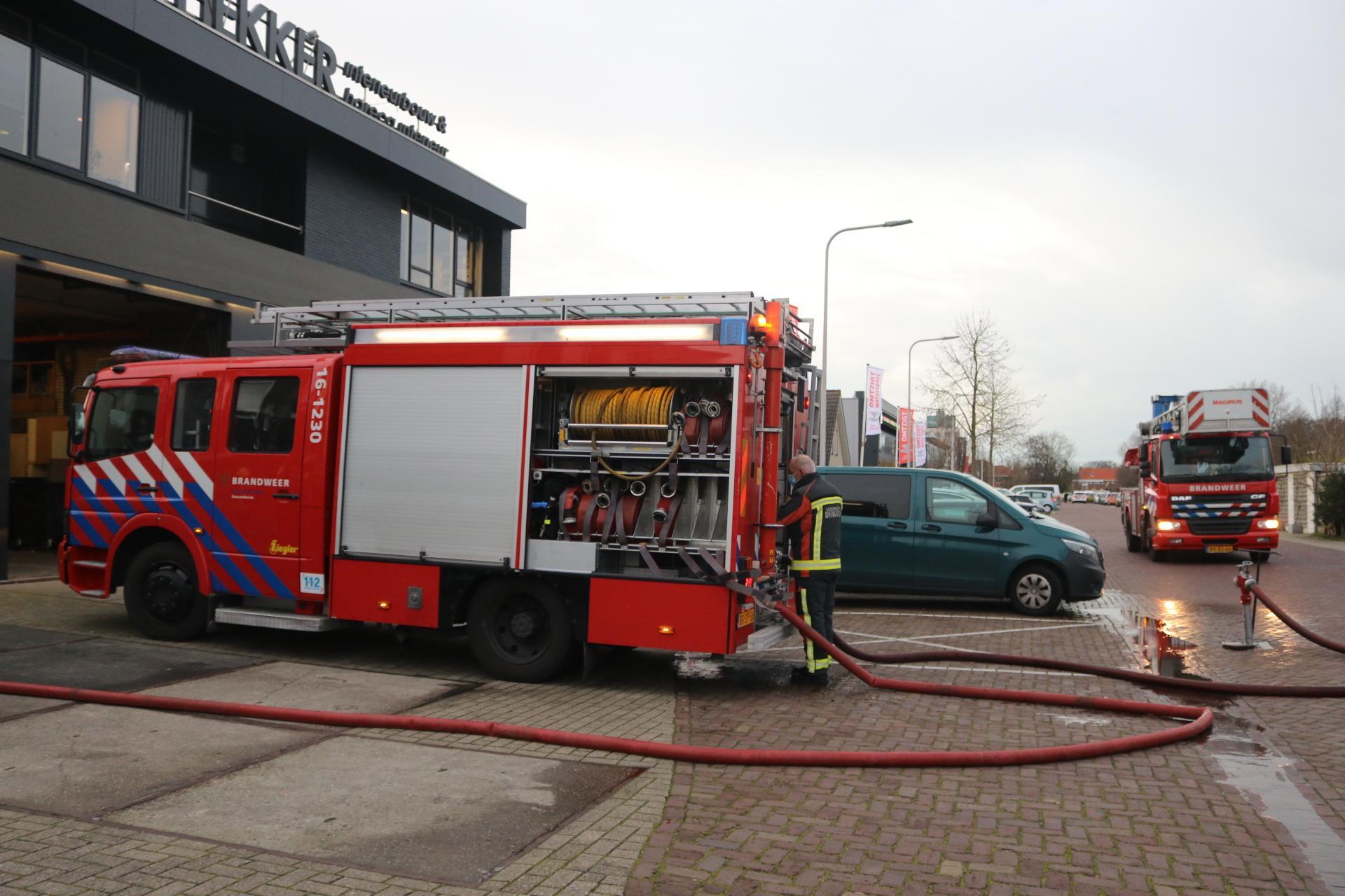 Brand bij houtbewerkingsbedrijf in Sassenheim; industrieterrein afgezet