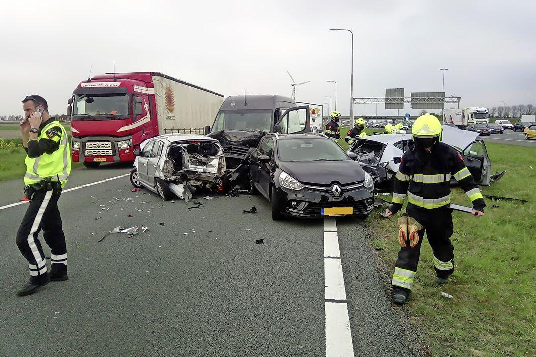 Gewonde en veel schade bij ongeluk met meerdere auto's op afrit A4 bij Nieuw-Vennep