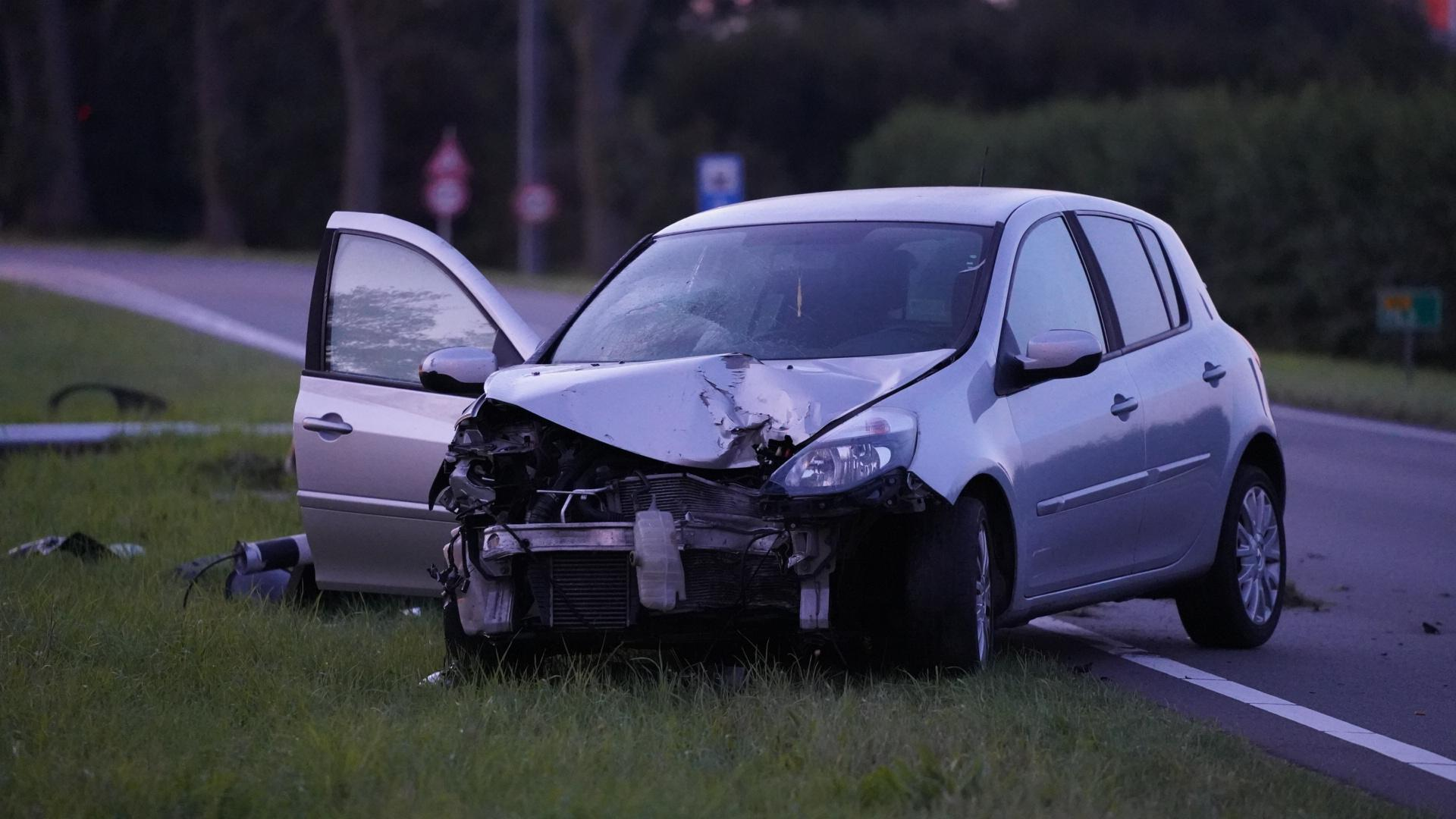 Auto ramt verkeerspaal uit de grond in Alkmaar