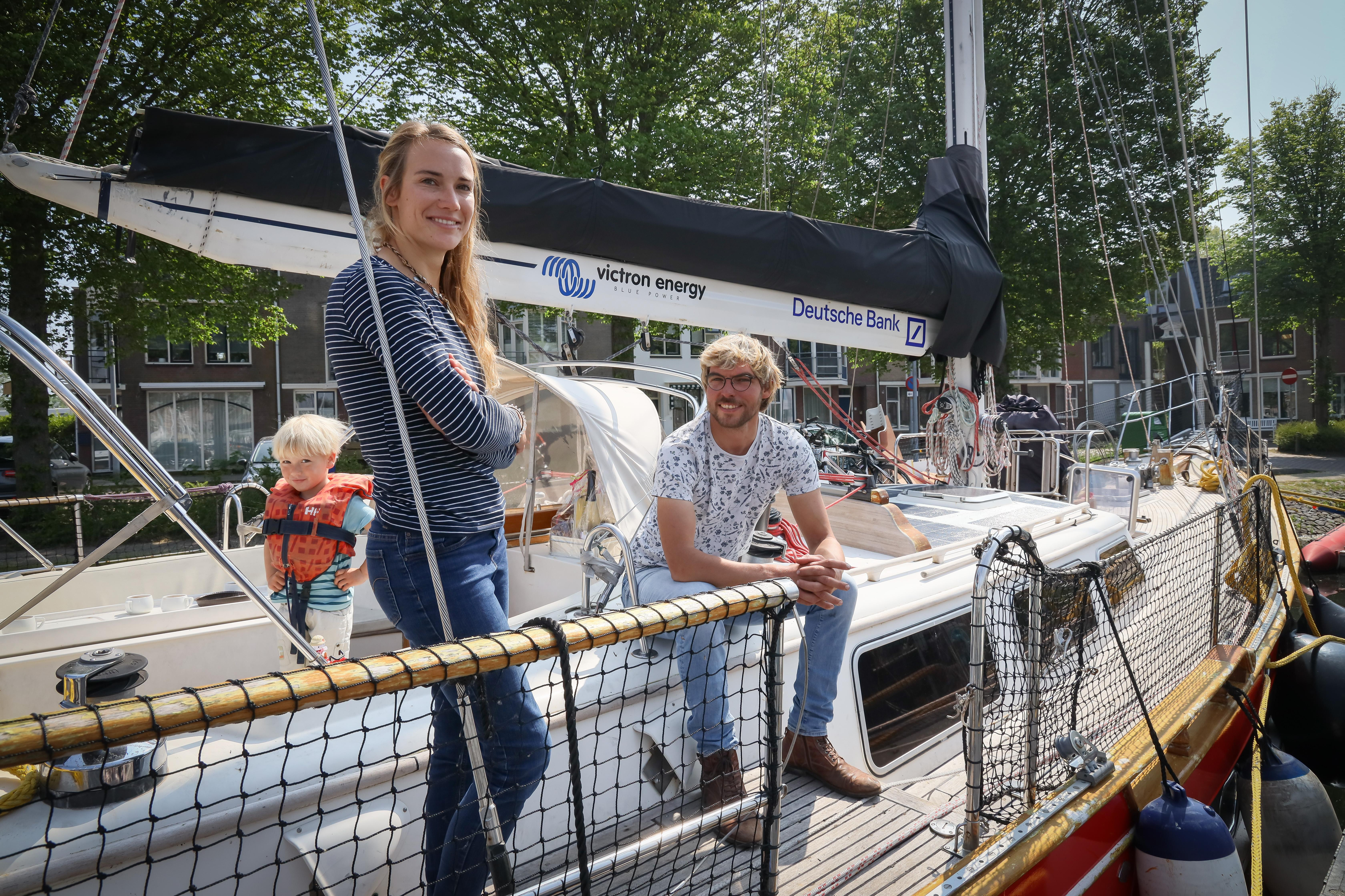 'Zeilmeisje' Laura Dekker meert met Guppy aan bij Kasteel Radboud. Kinderen met 'rugzakje' laat ze met zeiltochten opbloeien