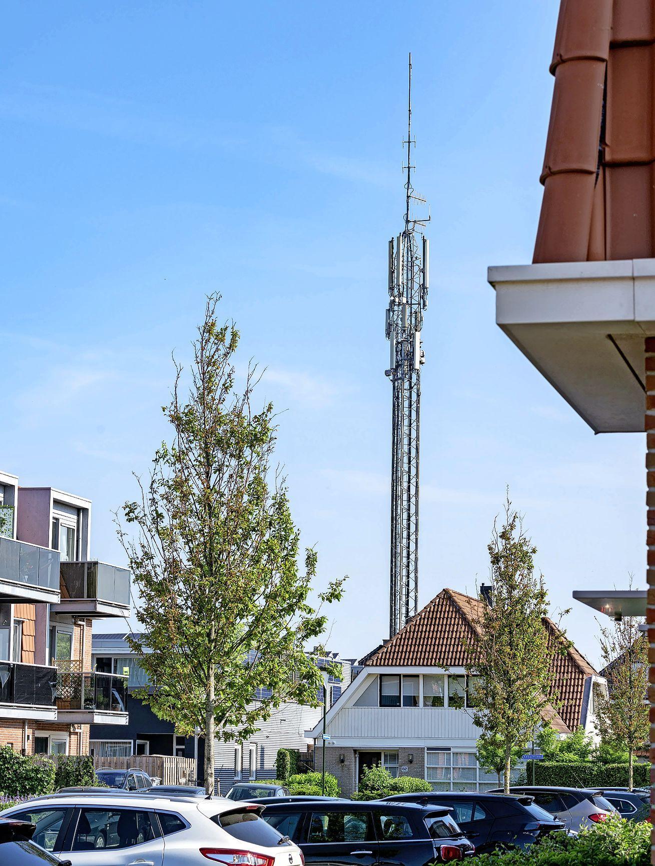 De dertig meter hoge zendmast in een woonwijk moet worden vervangen. Bewoners en gemeente zijn tegen, eigenaar en telecombedrijven boos. Witte vlekken of angst voor straling, wat weegt het zwaarst?