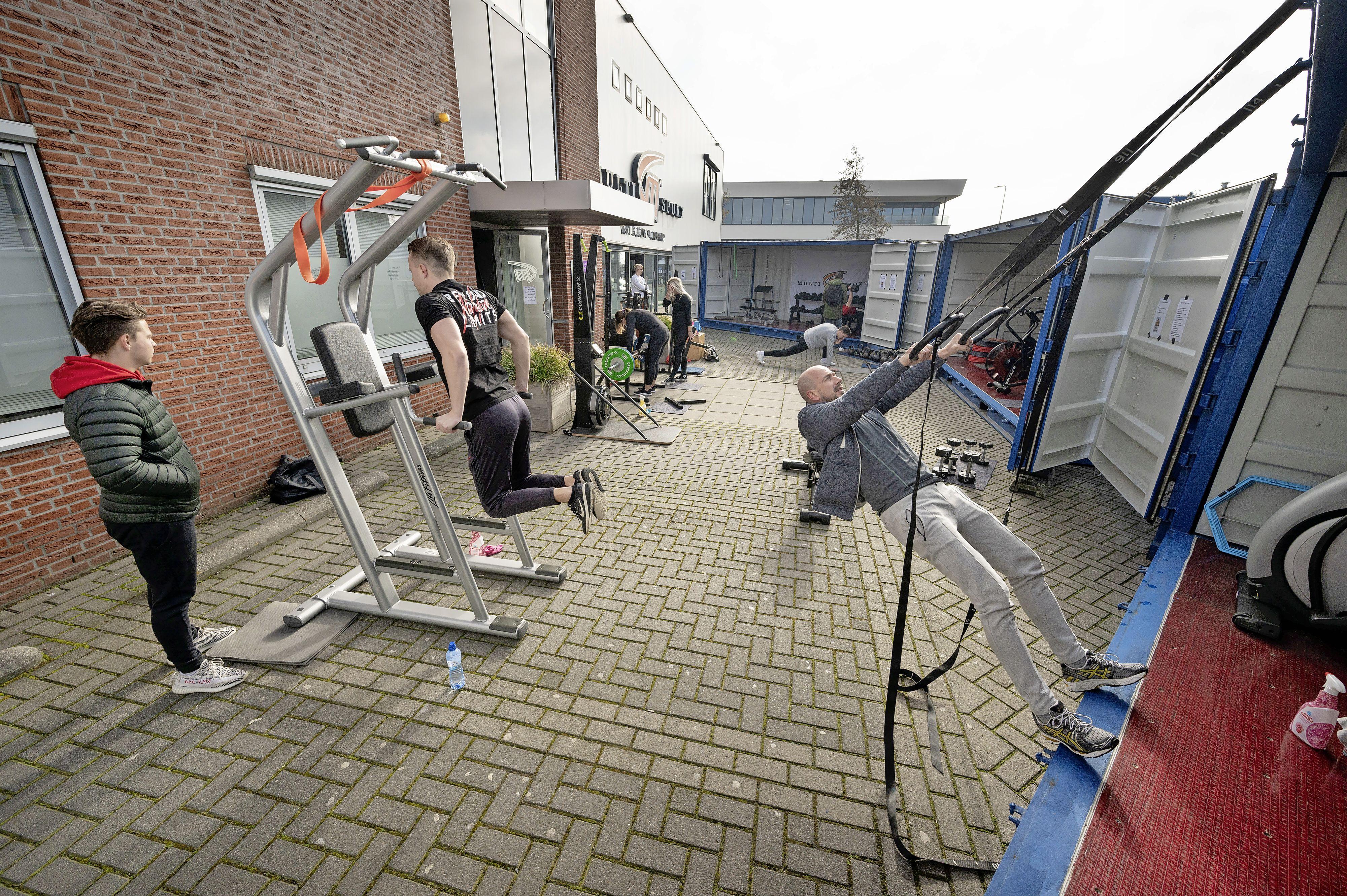 Sporters vermaken zich in en rond containers bij sportschool in Rijnsburg: 'Geweldig dat dit kan'