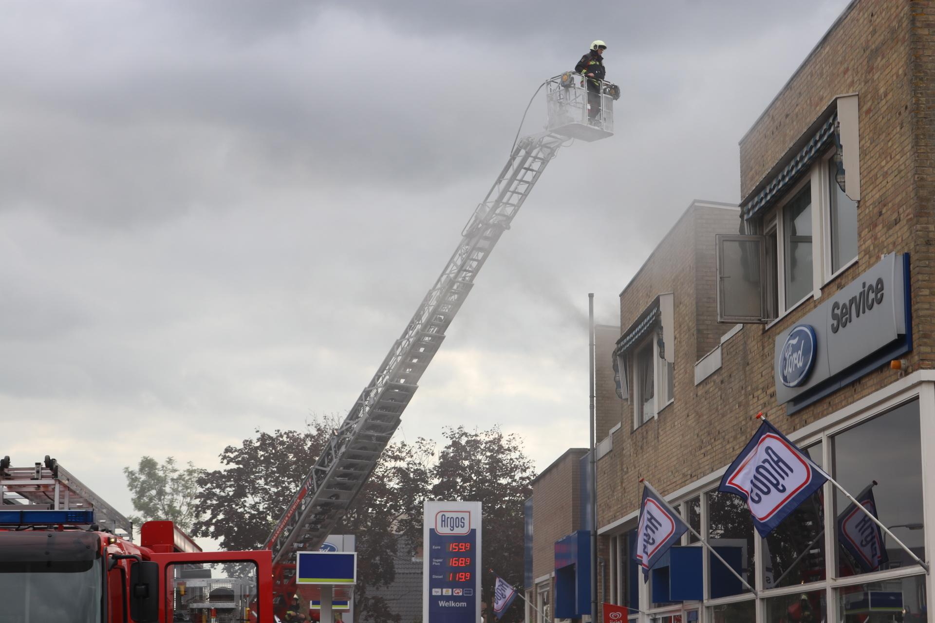 Felle keukenbrand zet straat in Rijnsburg in mist