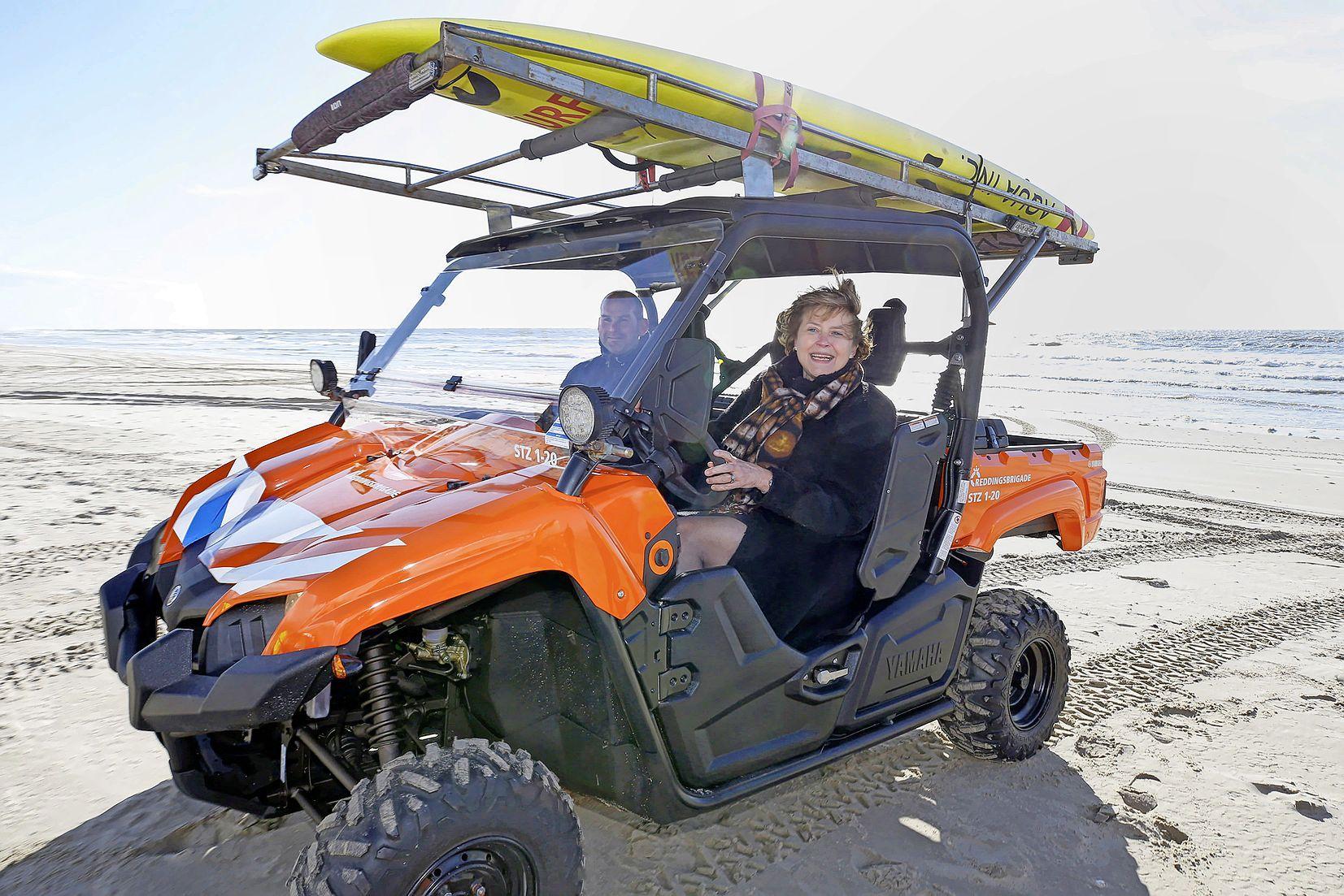 Het lijkt een golfkarretje, maar hij ploegt moeiteloos door het mulle zand van het strand. Redders in gemeente Schagen rijden deze zomer op de stoere Yamaha Viking. Met AED aan boord