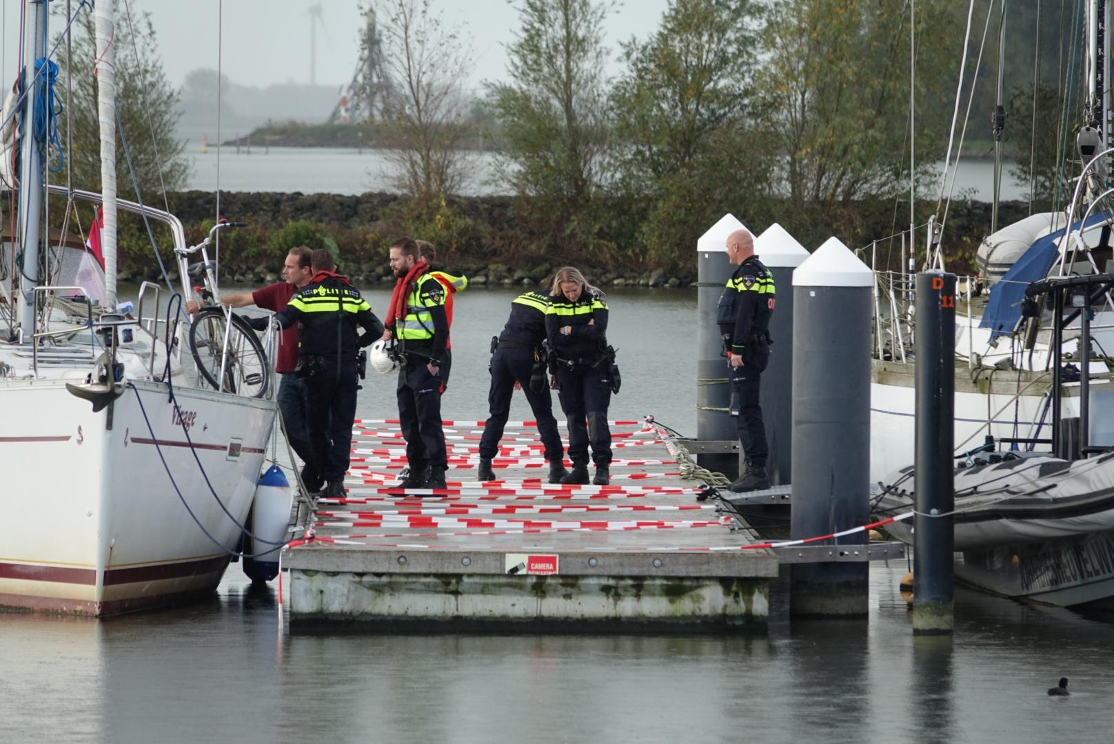 Verwarde man gaat in Hoornse haven aan de haal met zeiljacht