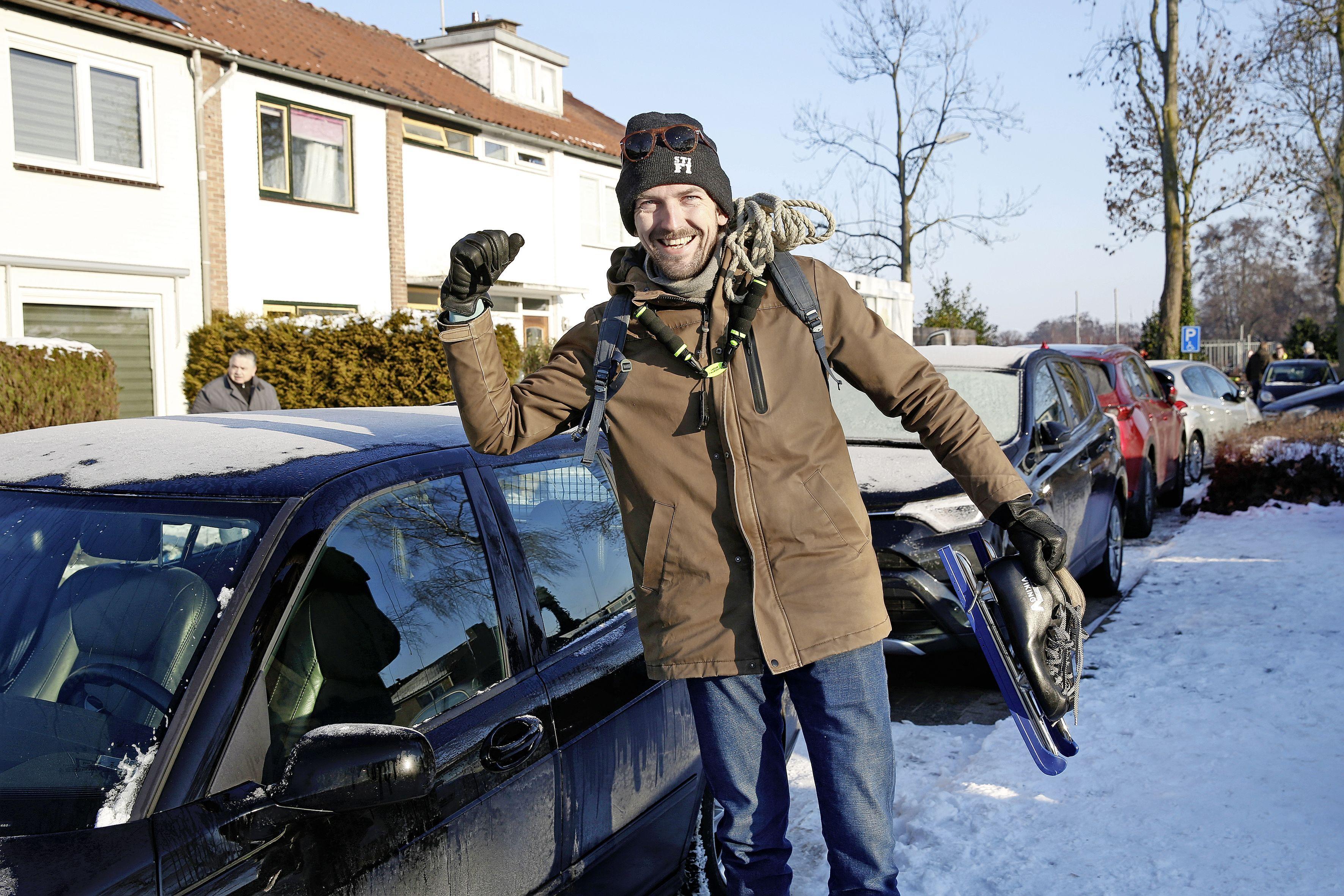 Waar laat je je auto? Enorme toeloop van schaatsers zorgt voor parkeerproblemen in Loosdrecht: 'Wat een mazzel dat ik een plekje heb gevonden'