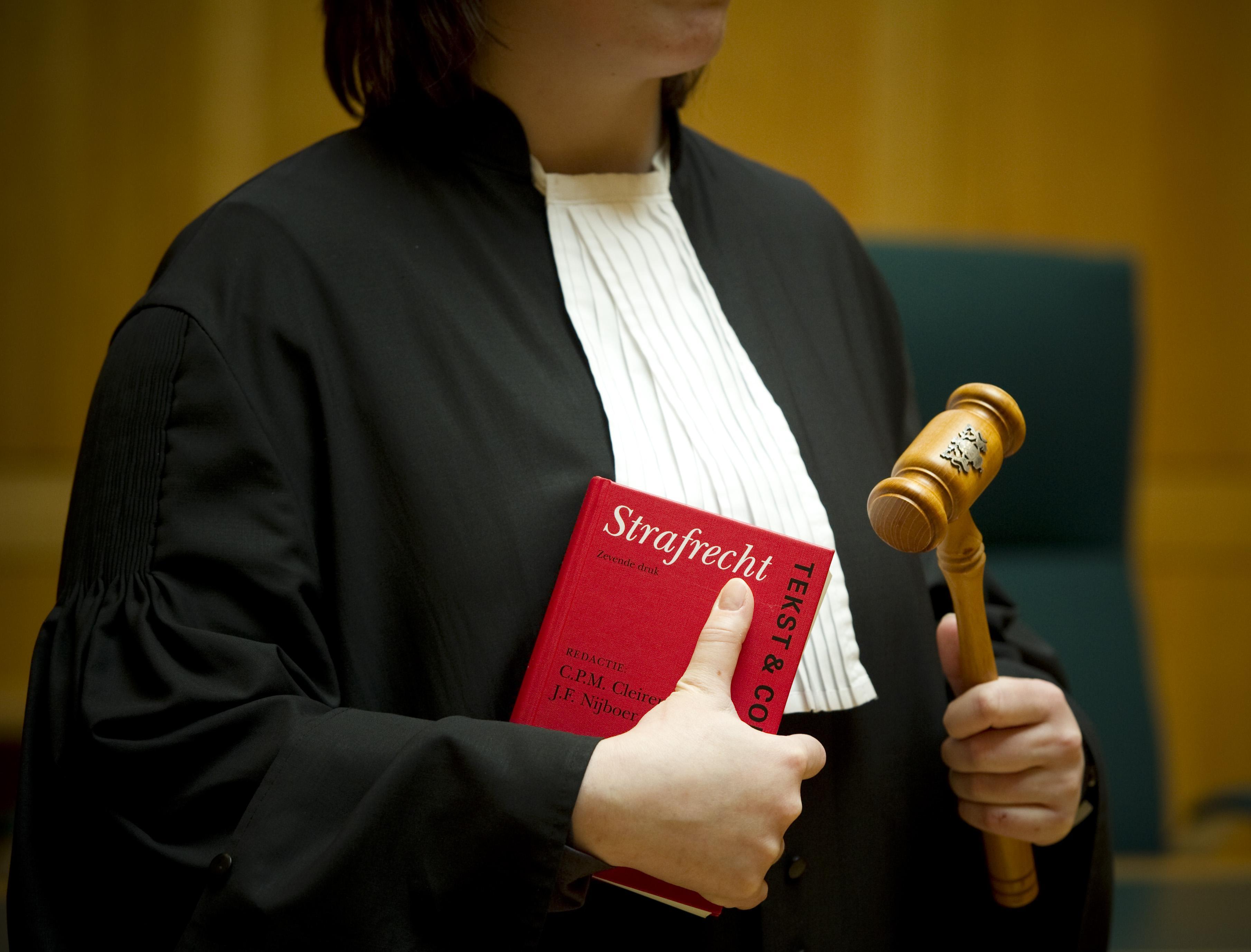 Huilend vroeg de Soester om hem geen celstraf te geven voor de vernieling van de spullen van een deurwaarder. De rechter kwam hem tegemoet
