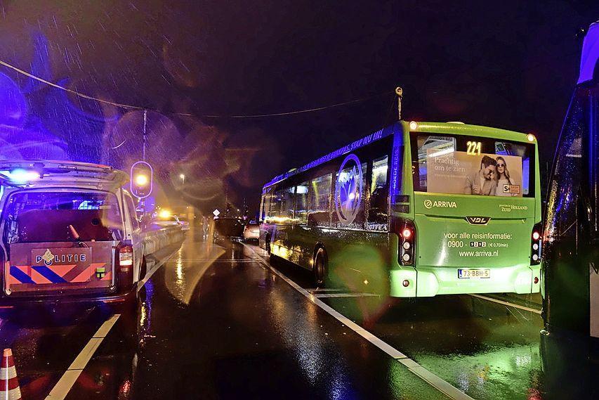 Uitgeschakelde verkeerslichten zorgen voor ongeval op Plesmanlaan in Leiden, OV fors vertraagd