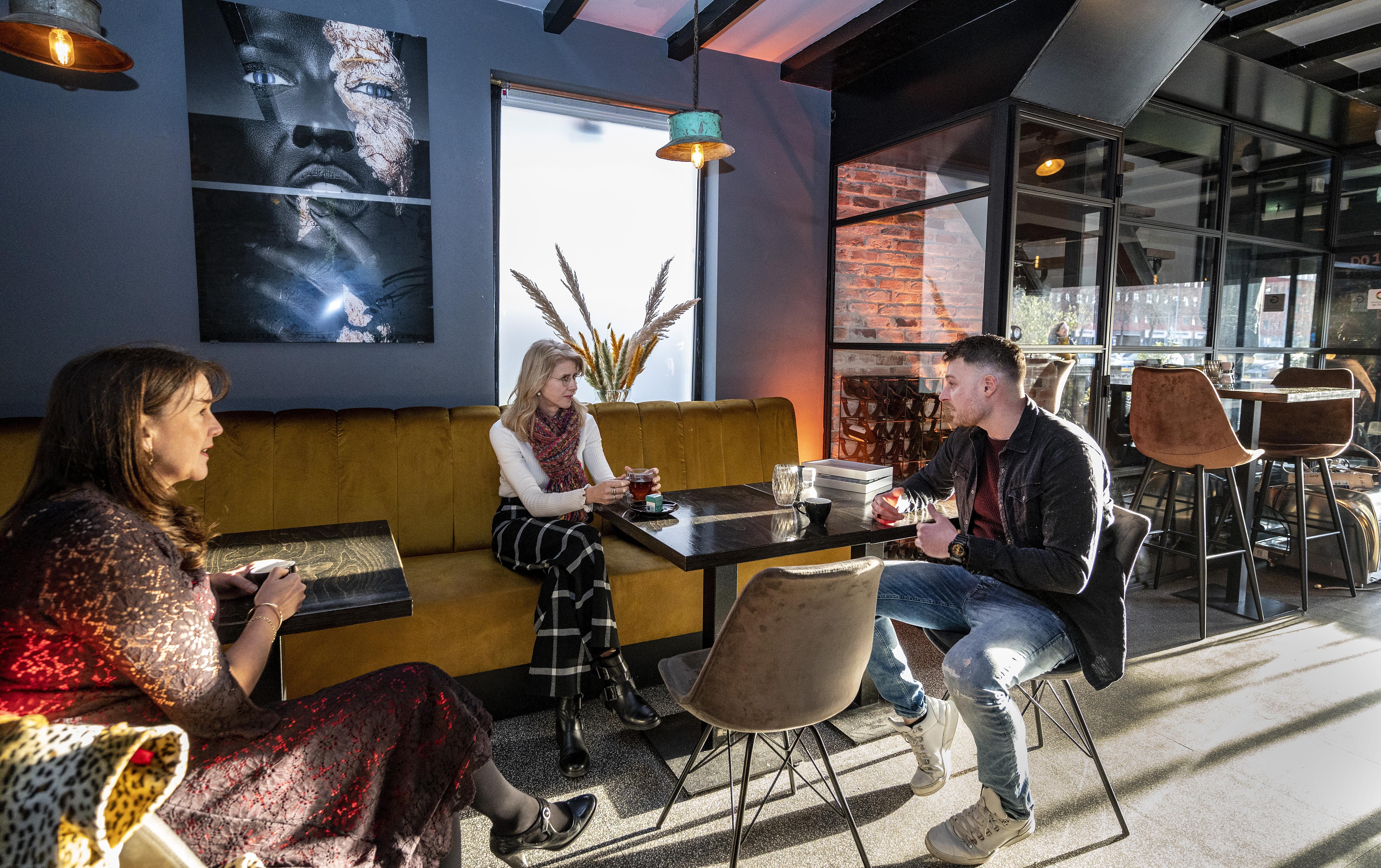 Mona Keijzer op bezoek in Hoofddorp. 'Ik voel me gehoord', zegt horecaman Robert van Leeuwen na goed gesprek met staatssecretaris