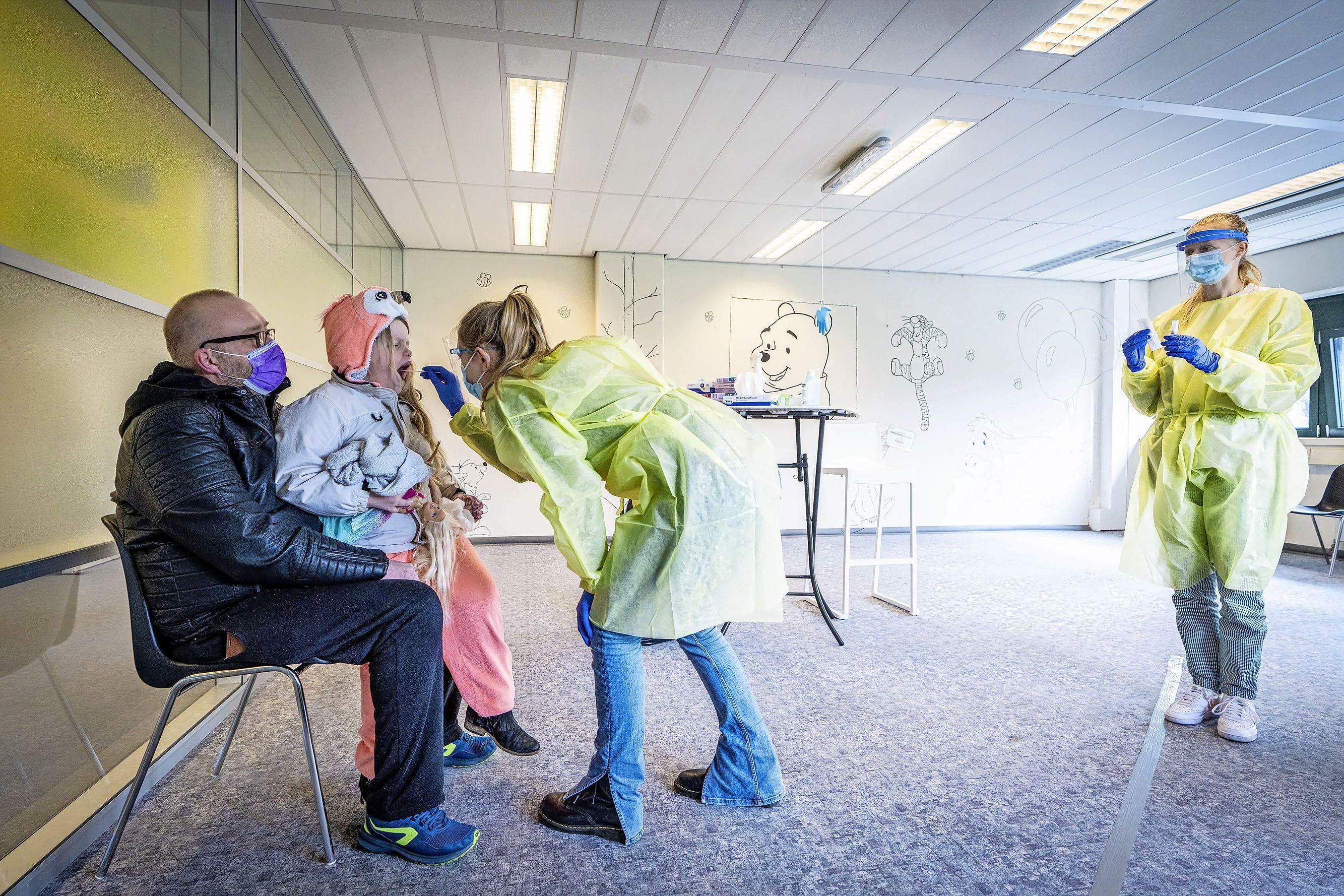 Testlocatie Verbeekstraat in Leiden opent vier kinderkamers om het testen minder spannend te maken; 'Het deed wel veel pijn. Maar ik ging niet huilen'