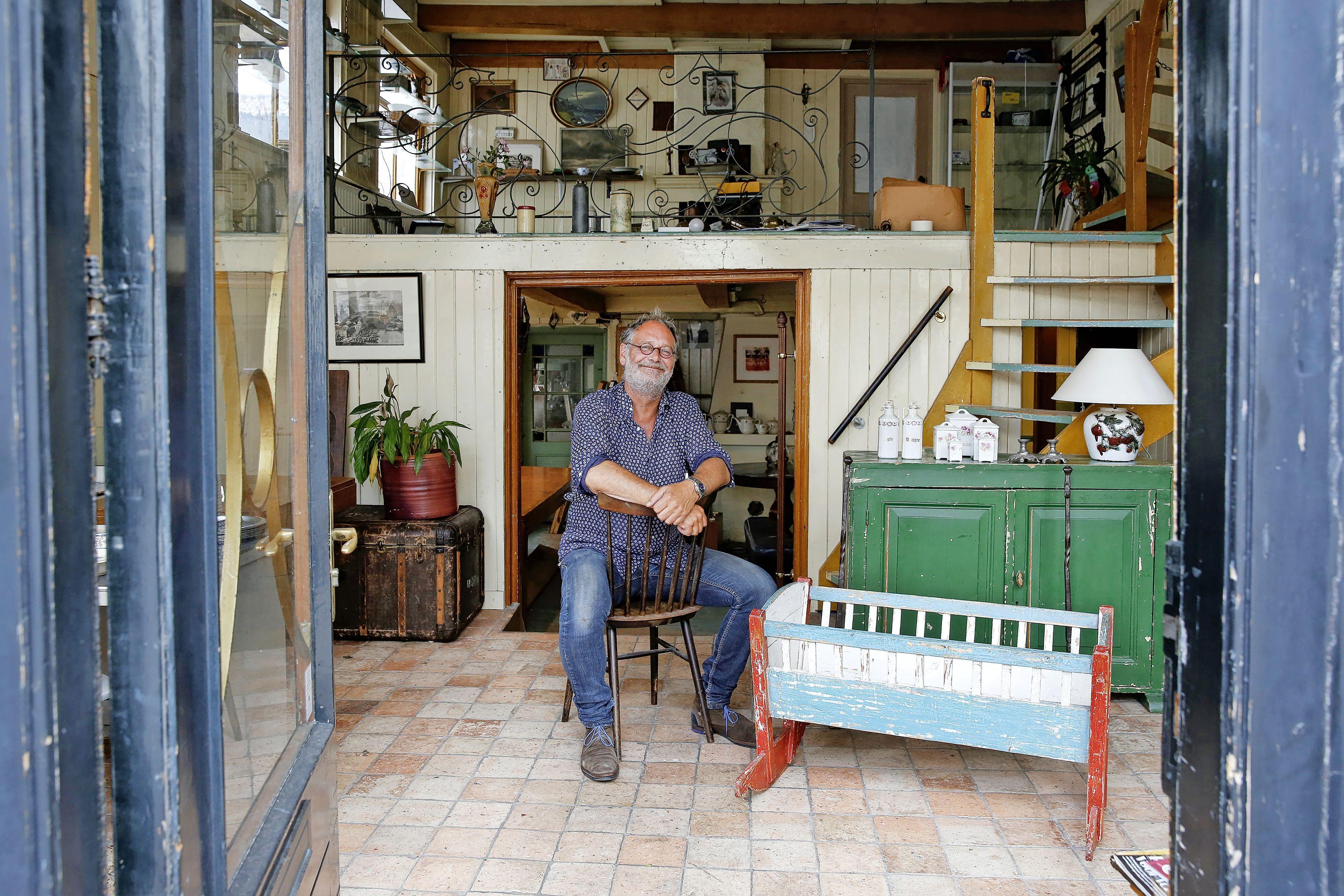 Buys Antiek in Naarden-Vesting sluit na halve eeuw de deuren, Jelle Ehlhardt wel verder met Gooische Bankjes en restauratieklussen: 'Ik blijf doen wat ik echt leuk vindt'