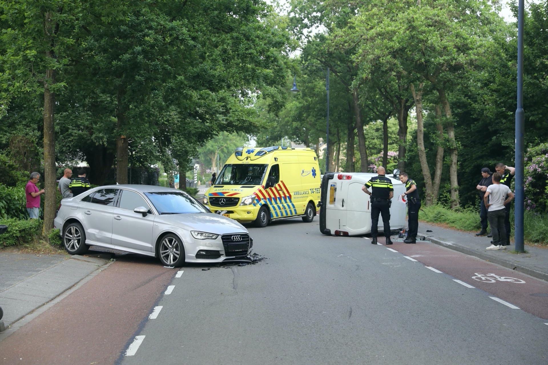 Busje op z'n kant bij ongeval in Eemnes, bestuurder opgepakt [update]