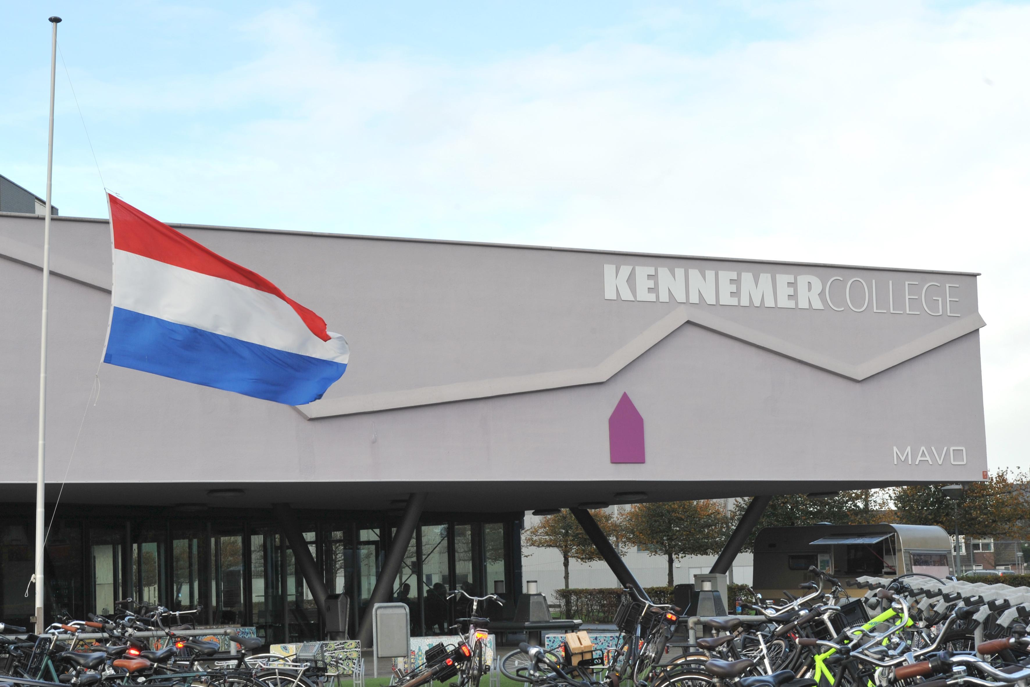 Op enkele scholen in de IJmond hangt vlag halfstok voor onthoofde leraar Samuel Paty