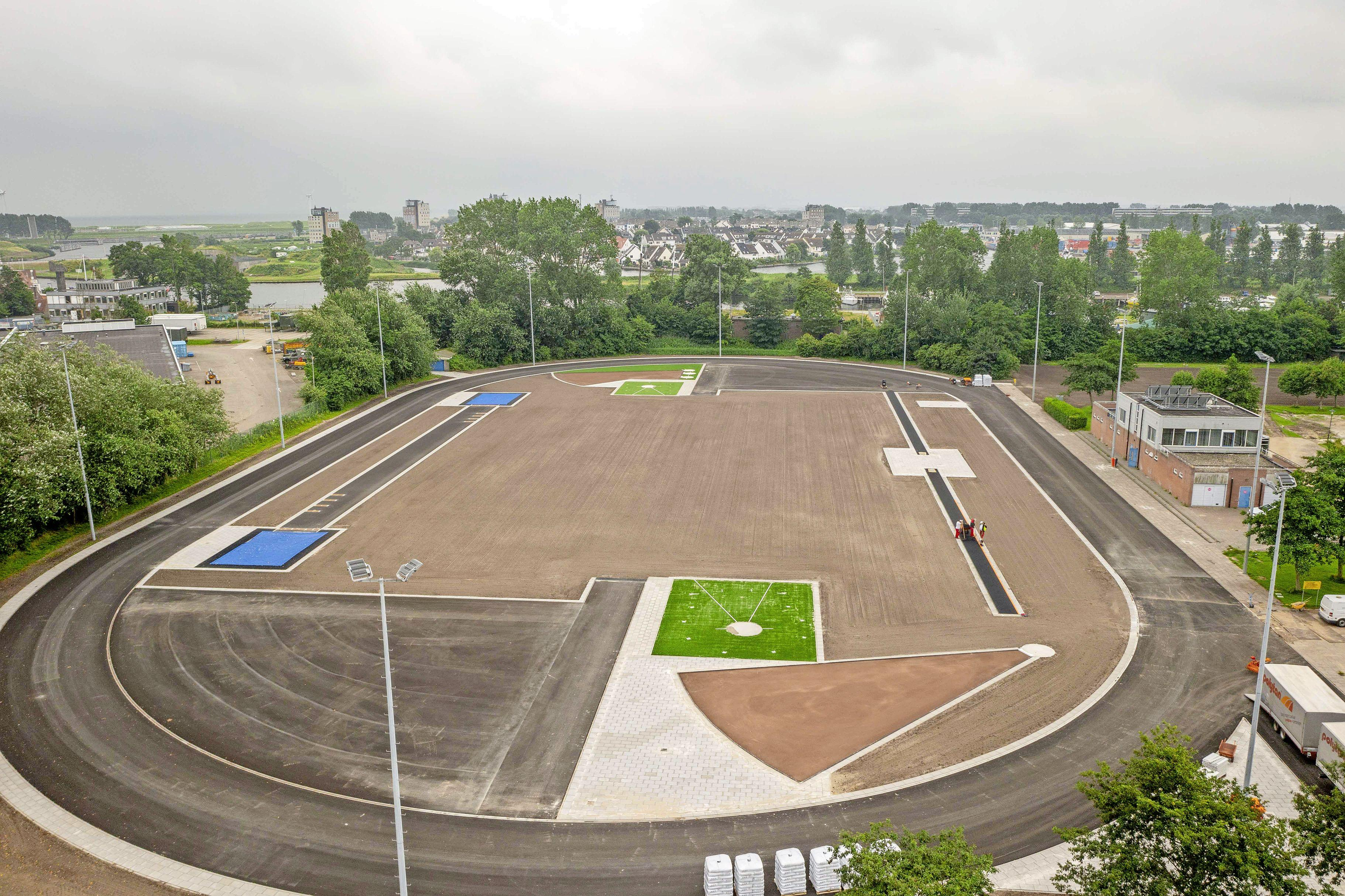 De renovatie van het voormalig Marine Sportpark schiet aardig op. Binnenkort mogen niet alleen lokale atletiekverenigingen er weer sporten, maar is het park ook geschikt voor landelijke wedstrijden
