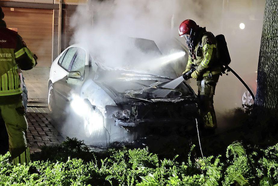 Geparkeerde auto verwoest door brand in Zaandam