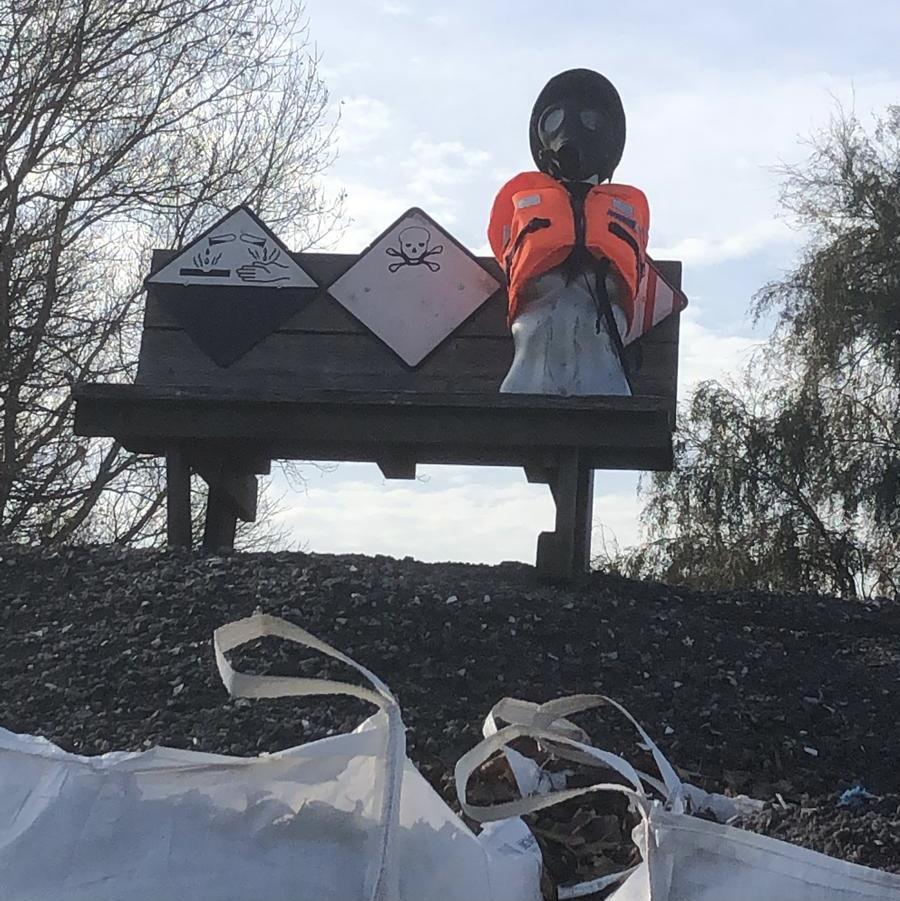 Zeer giftige stof aangetroffen in zwarte hopen bij Valkenburg; provincie en gemeente grijpen nog niet in, maar beloven beterschap