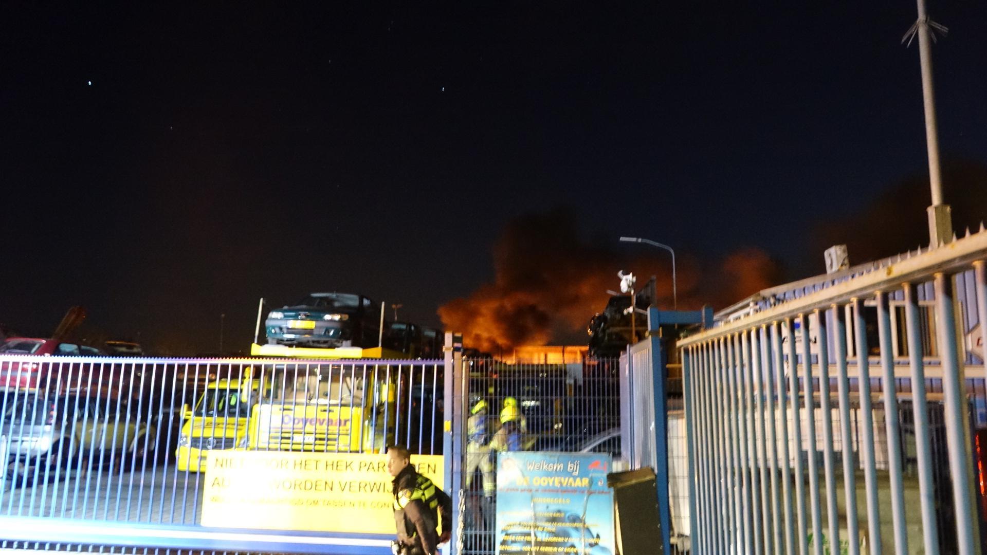 Brand bij autosloperij in Oosterblokker