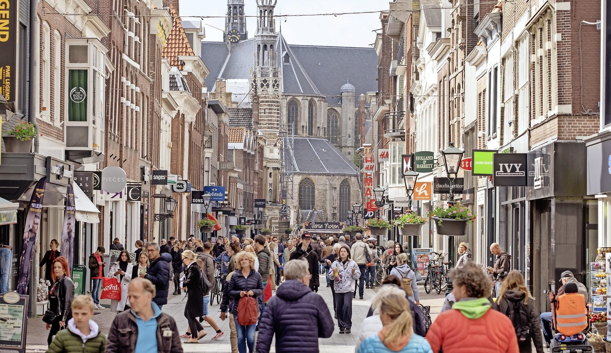 Zaterdagdrukte in centrum Alkmaar was maar een derde van normale tijden, maar iedereen kwam wel tegelijk winkelen