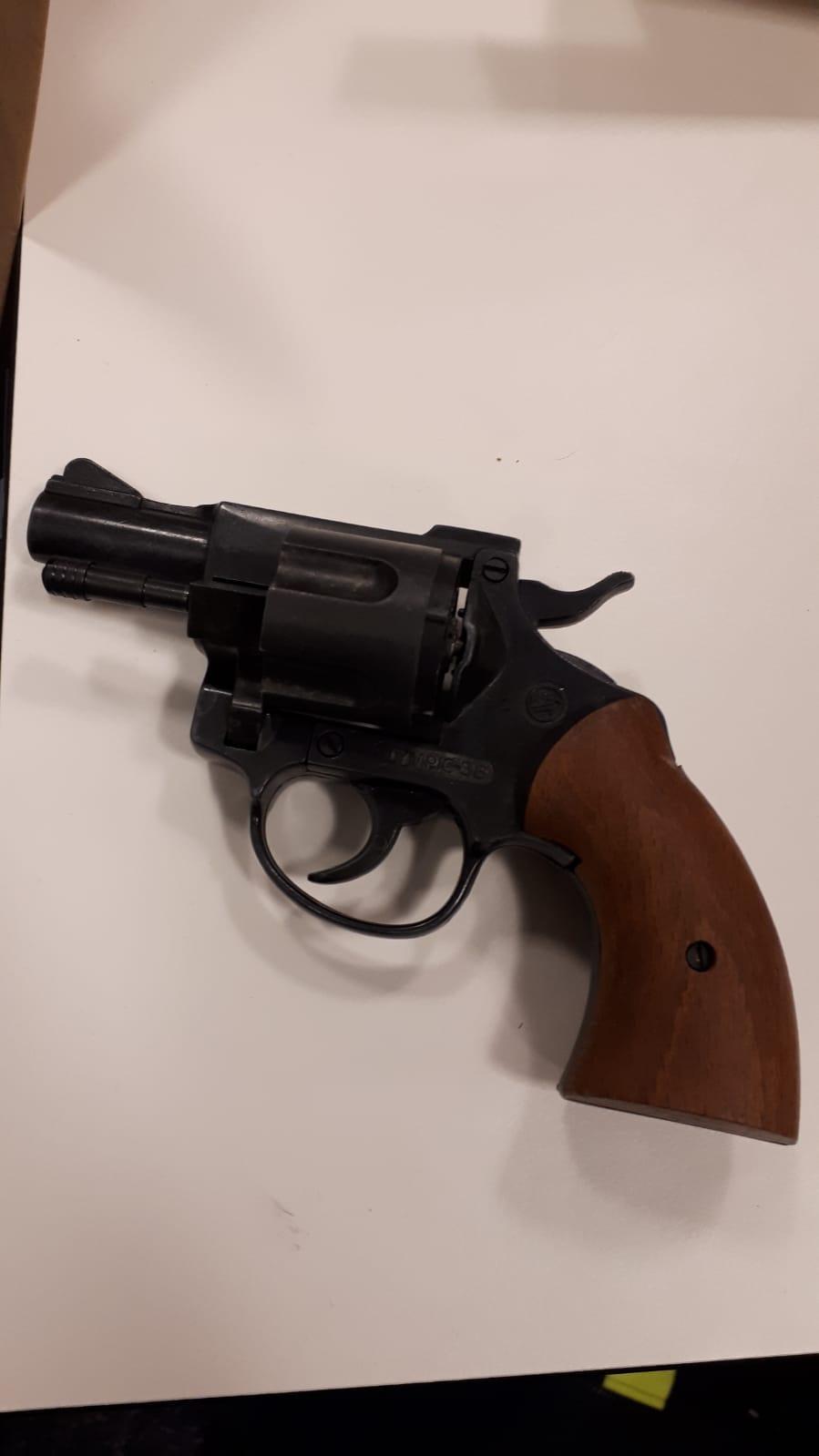 Politie IJmuiden vindt revolver in schoen, die weer was verstopt in de buddyseat van een scooter