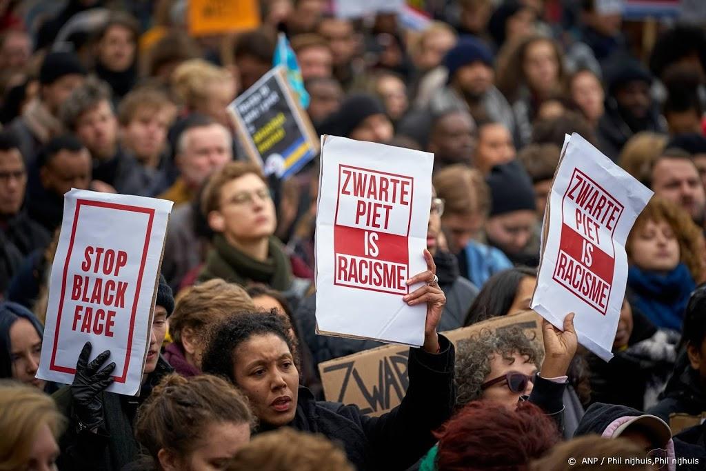 Actiegroep demonstreert op meerdere plekken tegen Zwarte Piet
