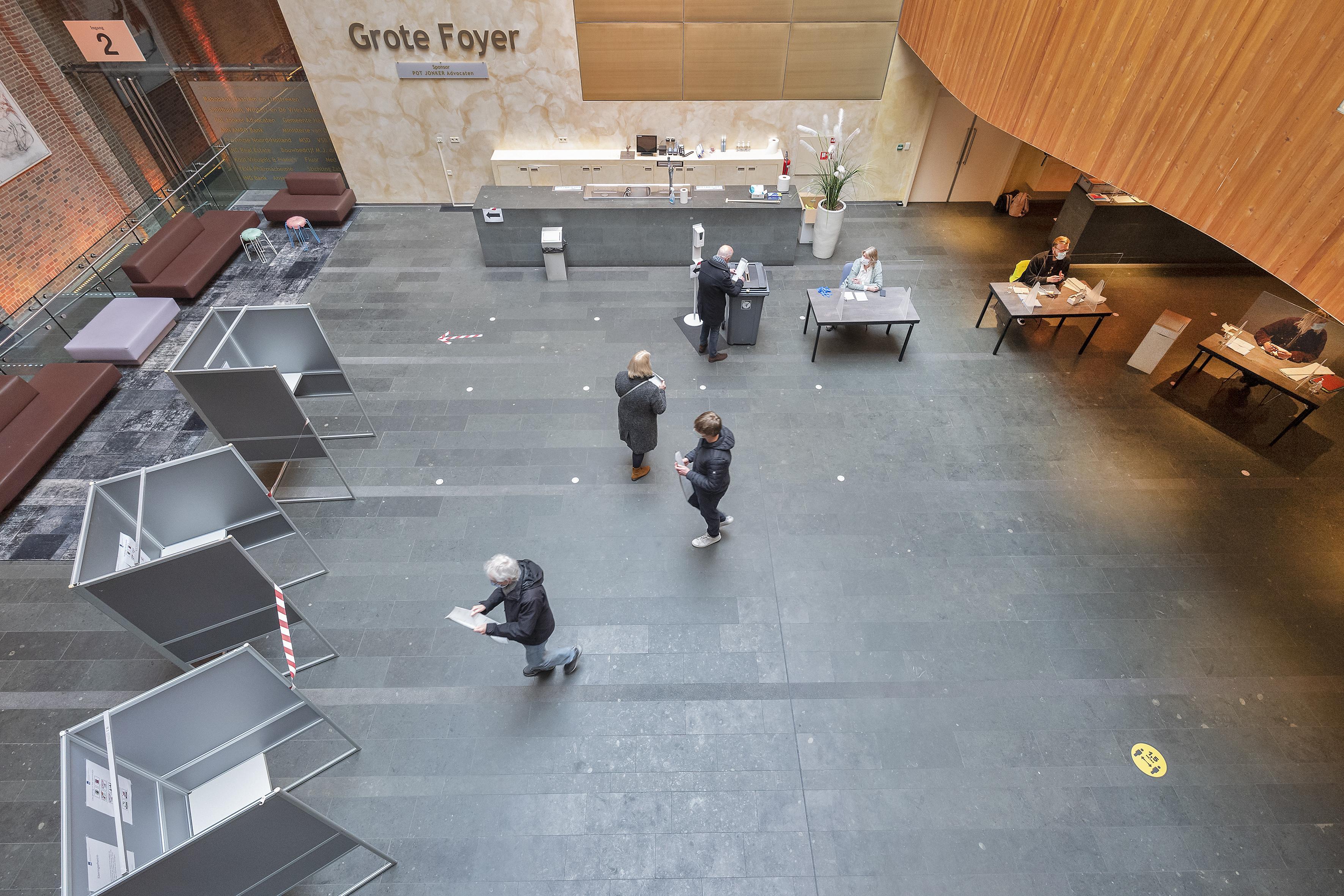 Geen concert, maar Tweede Kamerverkiezingen: eindelijk gebeurt er weer eens wat in kunsttempel Philharmonie