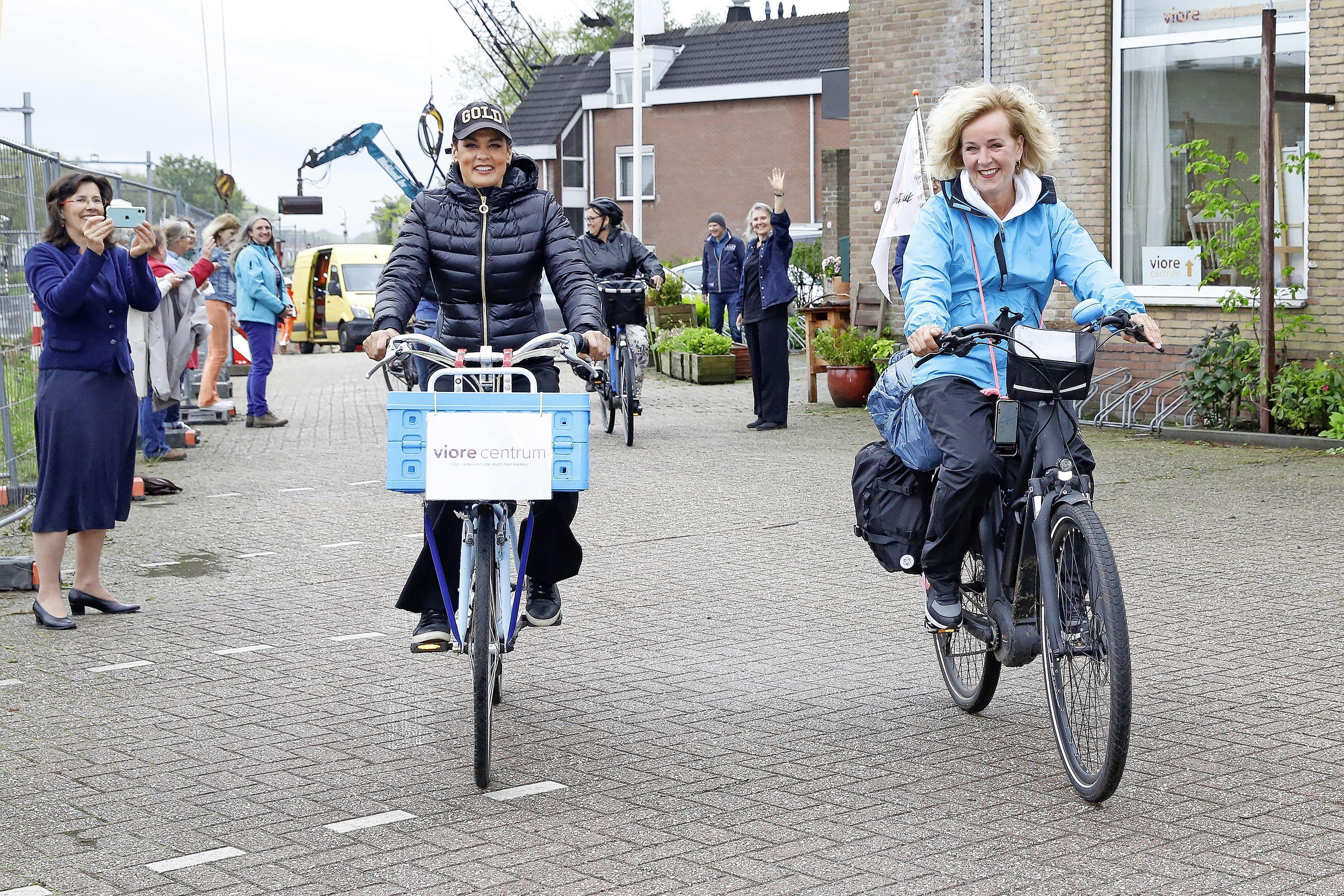 Bikkel Evelien doet Hilversum aan op haar fietsroute door Nederland. Op bezoek bij inloophuis Viore voor mensen met kanker. 'Wat een energie heeft die vrouw'
