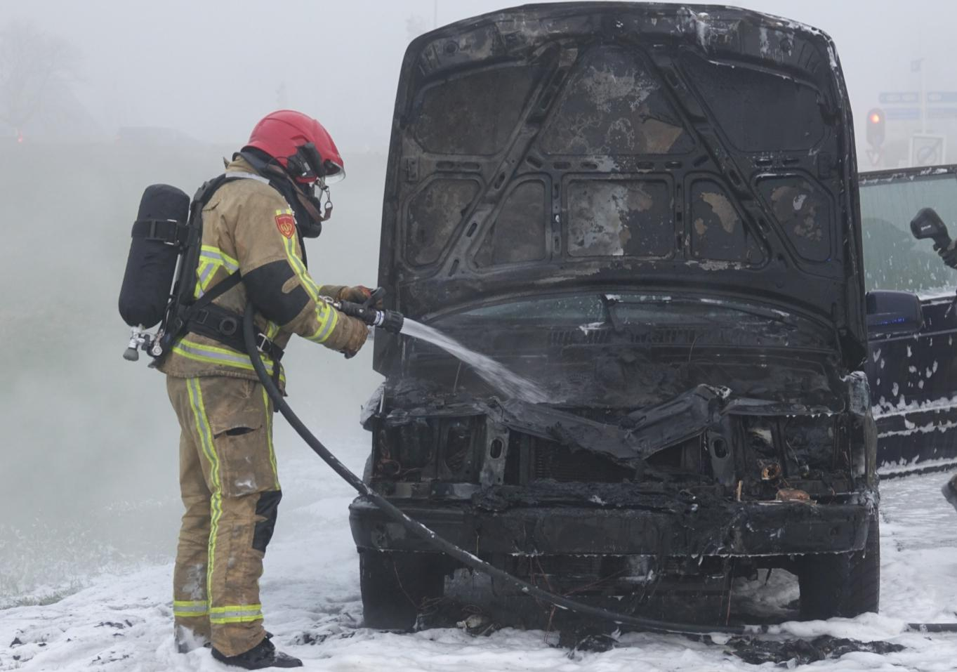 Auto vliegt spontaan in brand in Zaandam