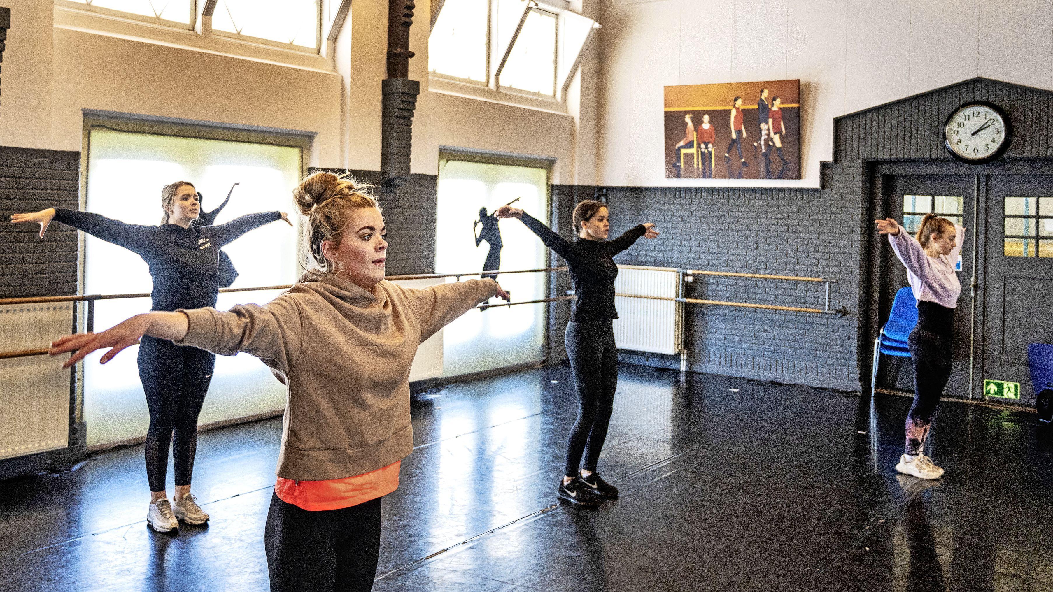 Danstherapie van Danceworks Velsen helpt mensen uit sociaal isolement: 'Je kan met je lijf vertellen wat je mond niet kan zeggen'