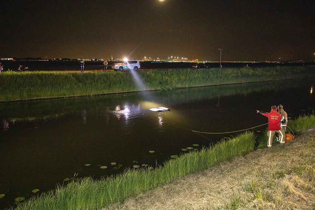 Omstanders redden vrouw uit te water geraakte auto in Lijnden