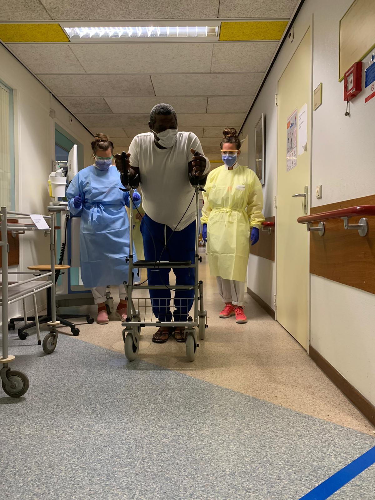 Heupwiegende coronapatiënt geeft zusters Alkmaars ziekenhuis 'salsales' op gang: 'Om verdriet te vergeten en iedereen op te vrolijken' [video]