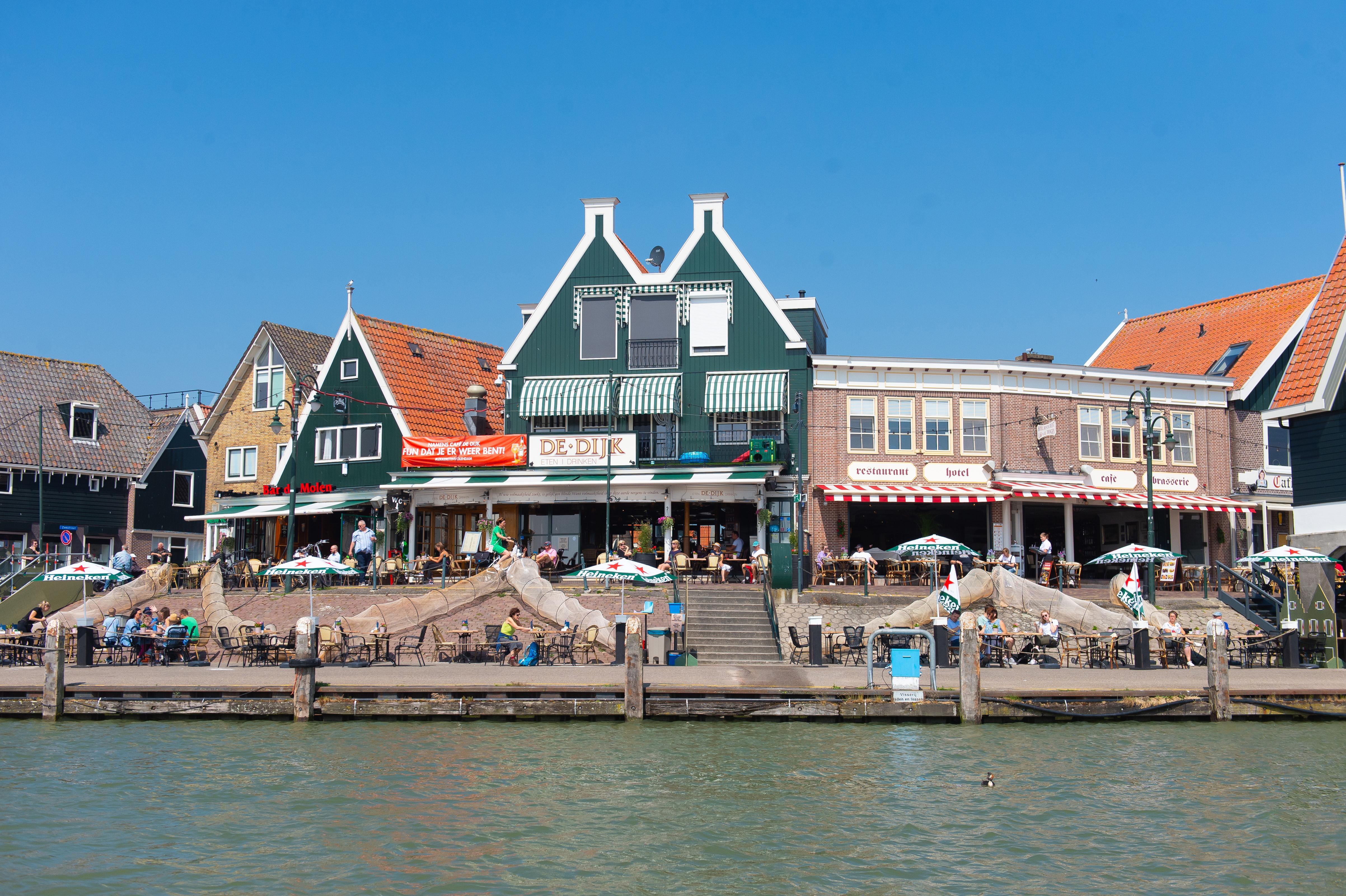 Gemeente stopt feest op feestboot 'Heen en weer' in haven Volendam. Exploitant krijgt coronaboete van 4350 euro