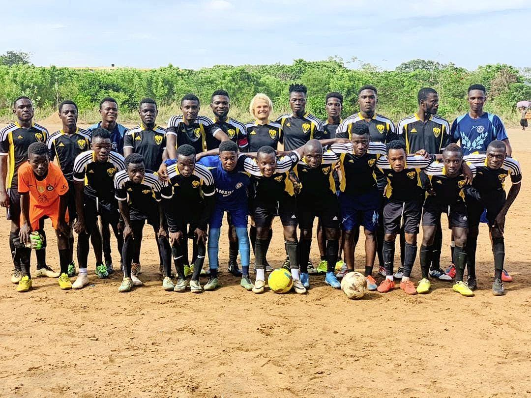 Satya den Boer uit Oegstgeest voetbalt in Ghana met medespelers die nog nooit een westerling hadden gezien: 'Iedereen kijkt tegen mij op, dat is echt onvoorstelbaar'