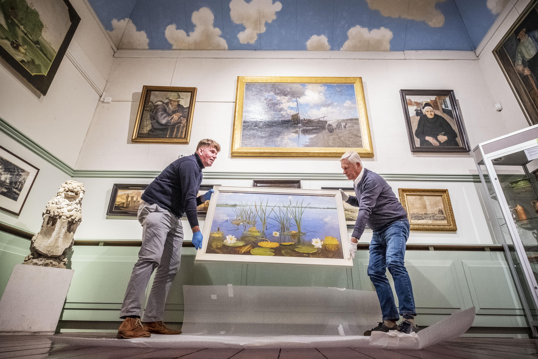 Een Loosdrechts schilderij met een heel bijzonder verhaal, 'Waterlelies' van Dirk Smorenberg, is weer terug waar het thuishoort