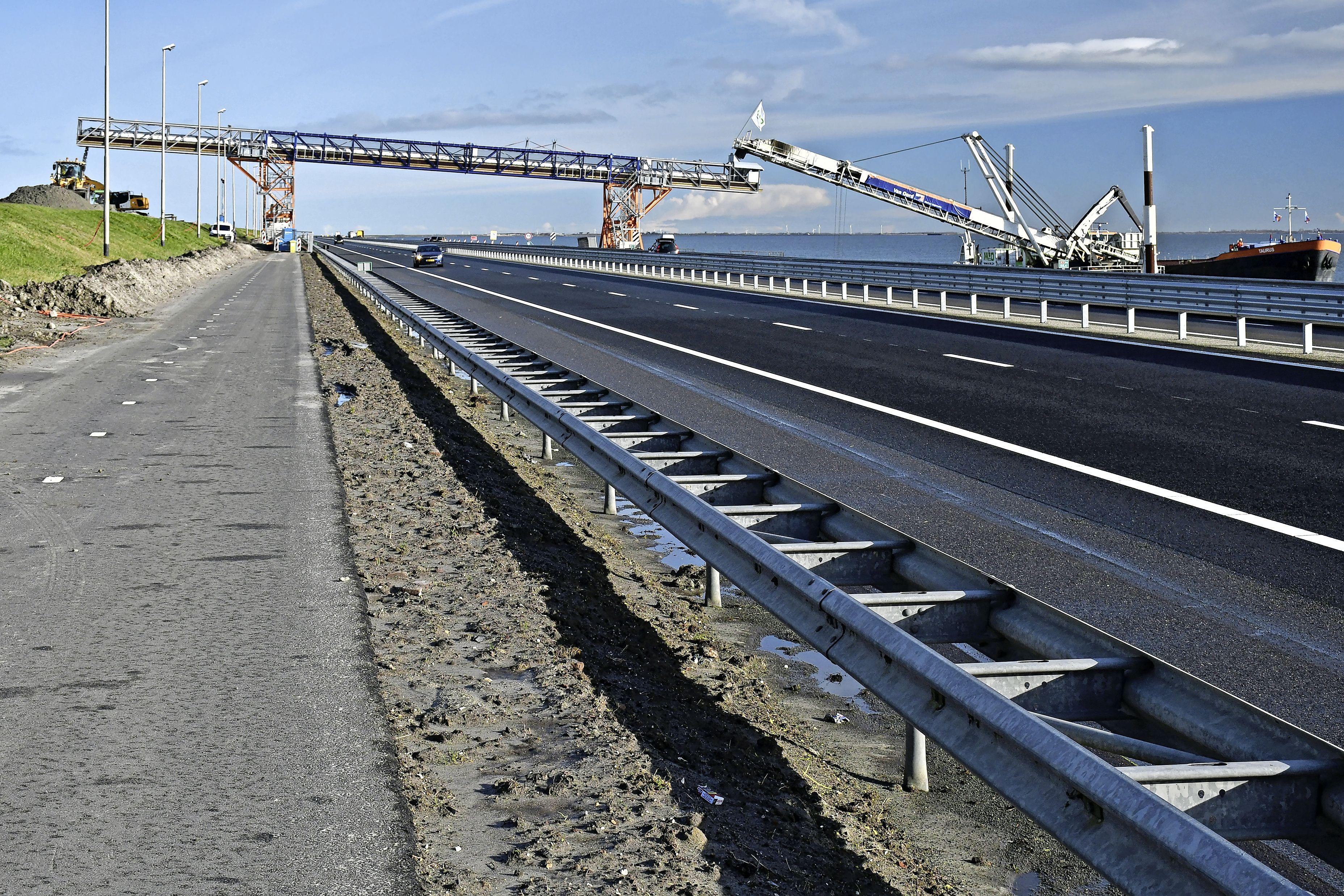 De Afsluitdijk is de komende weekenden een avond en nacht afgesloten in beide richtingen, omrijden kost tot anderhalf uur extra