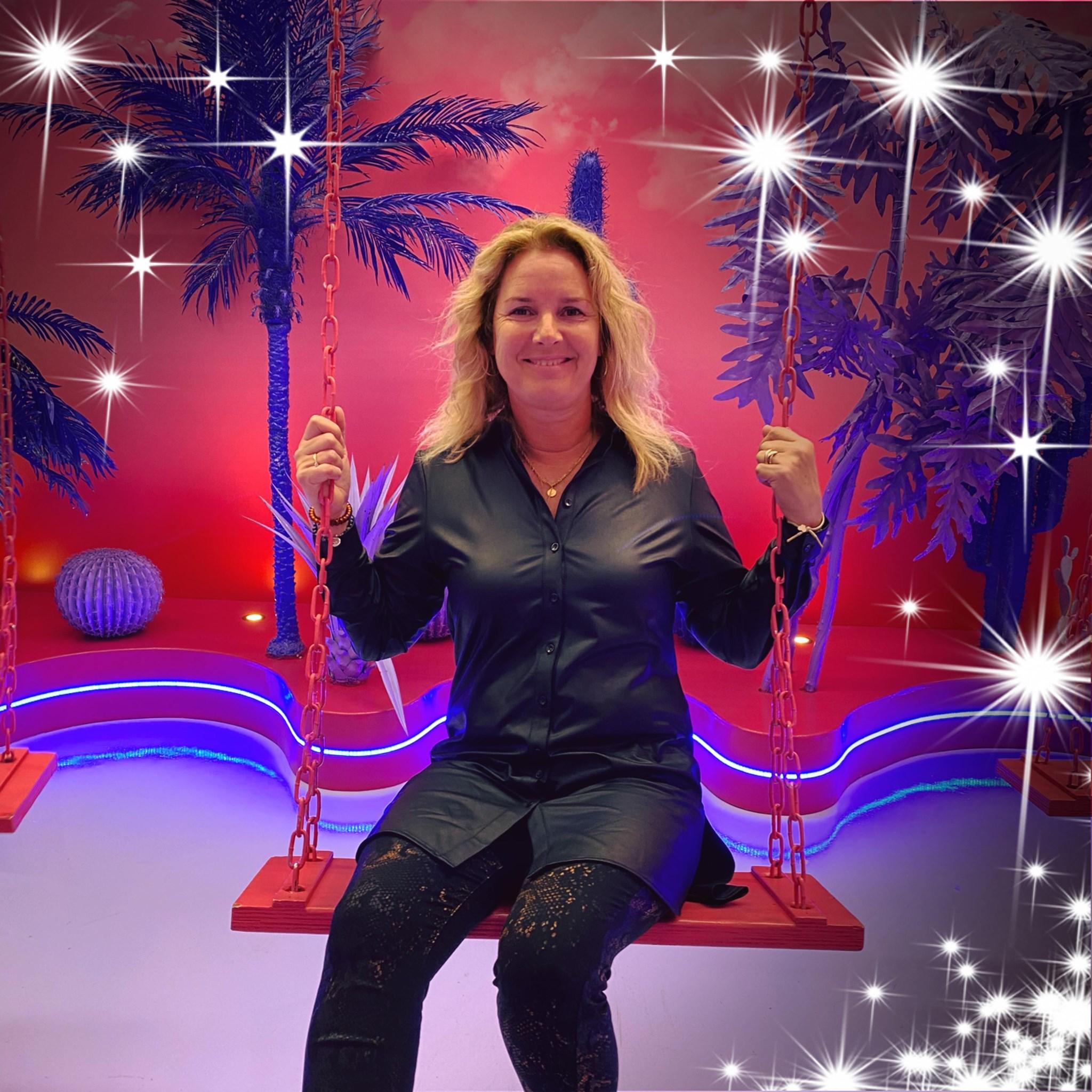 Santpoortse Maaike Bouwens voert actie voor Voedsel op de plank in IJmuiden: 'Ik vind dat iedereen Sinterklaas moet kunnen vieren'
